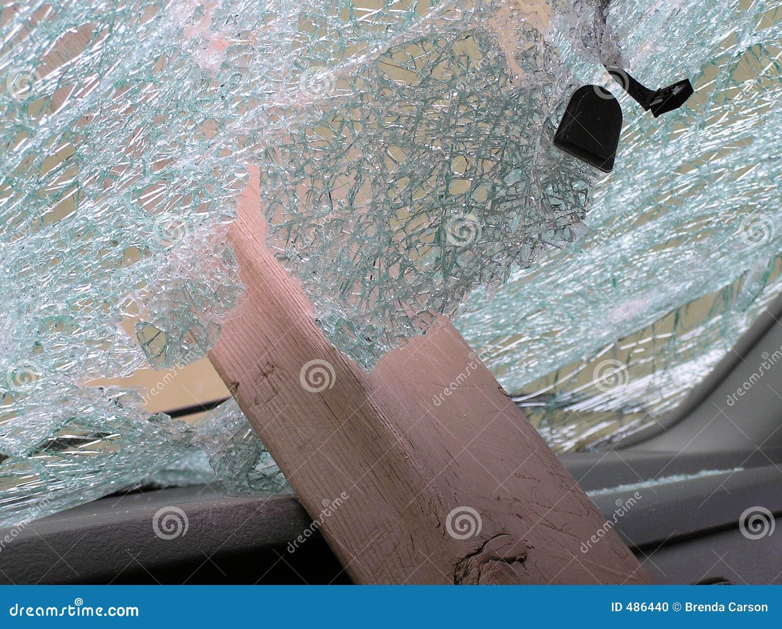 сломленное лобовое стекло