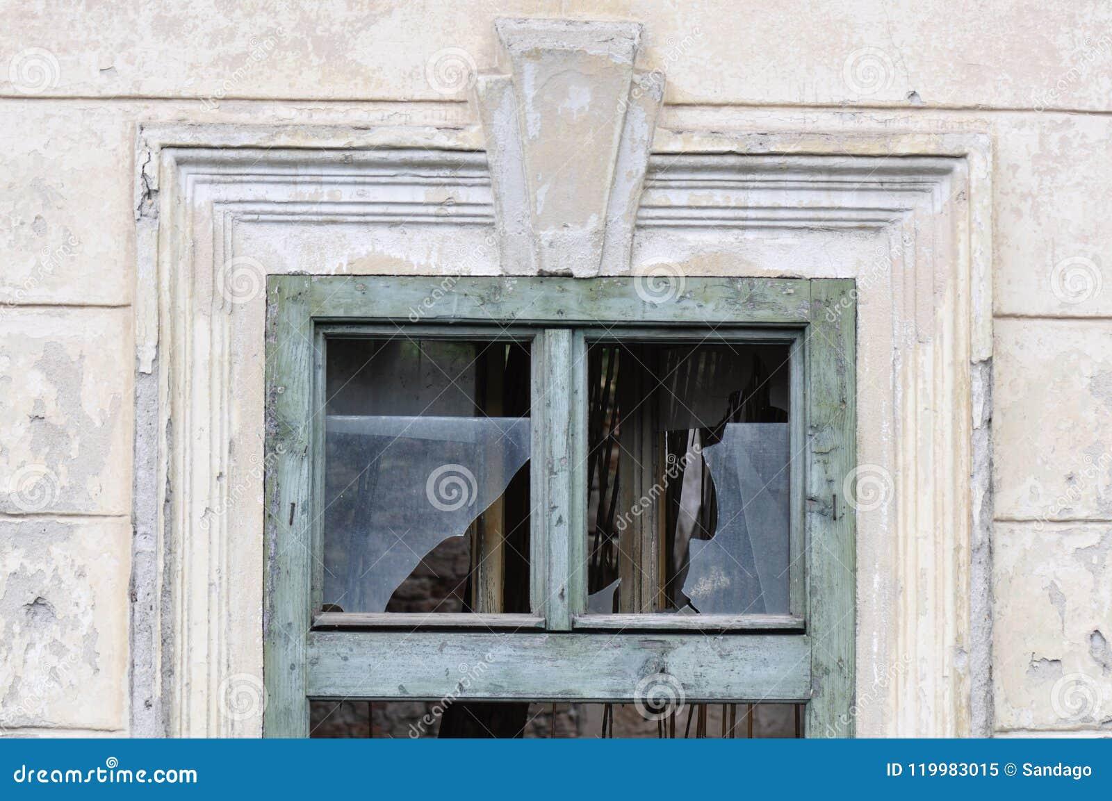 Сломленное окно от покинутого дома