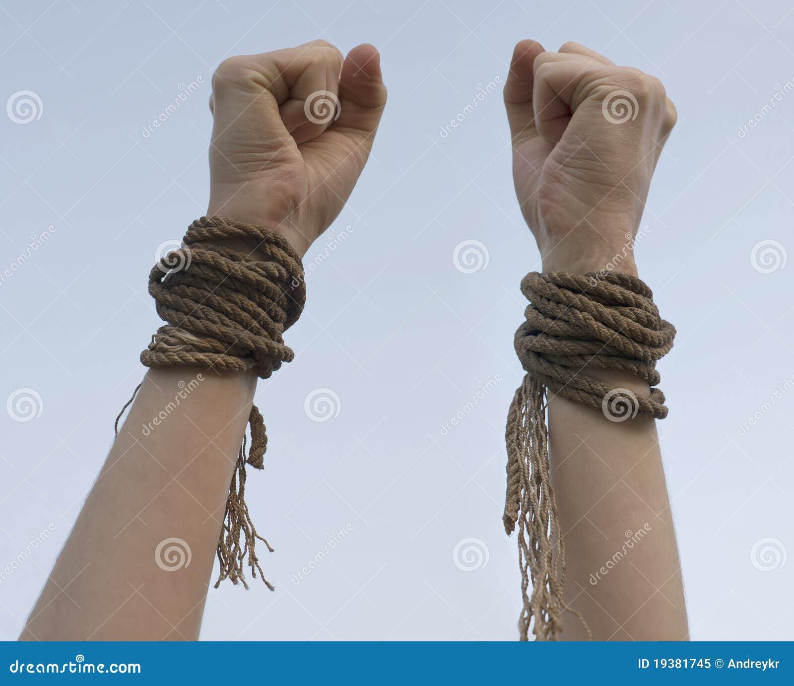 Как руками порвать очень крепкую веревку?