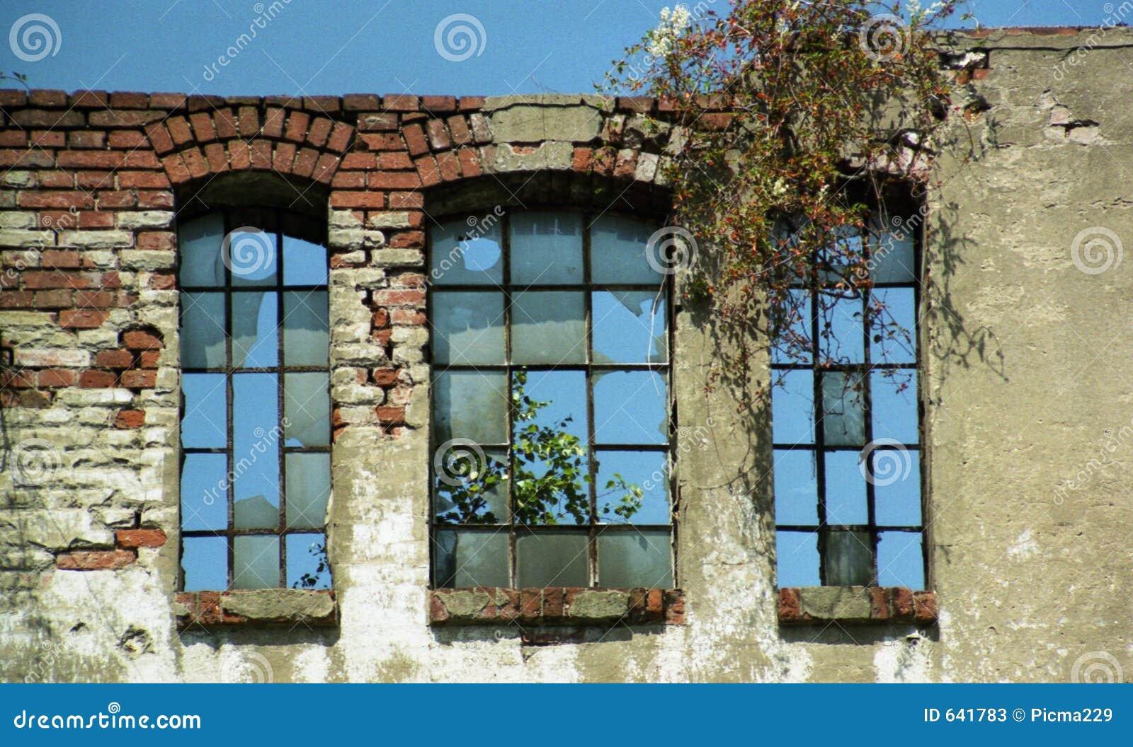 Download сломленные старые окна стены Стоковое Изображение - изображение насчитывающей старо, опустошительность: 641783