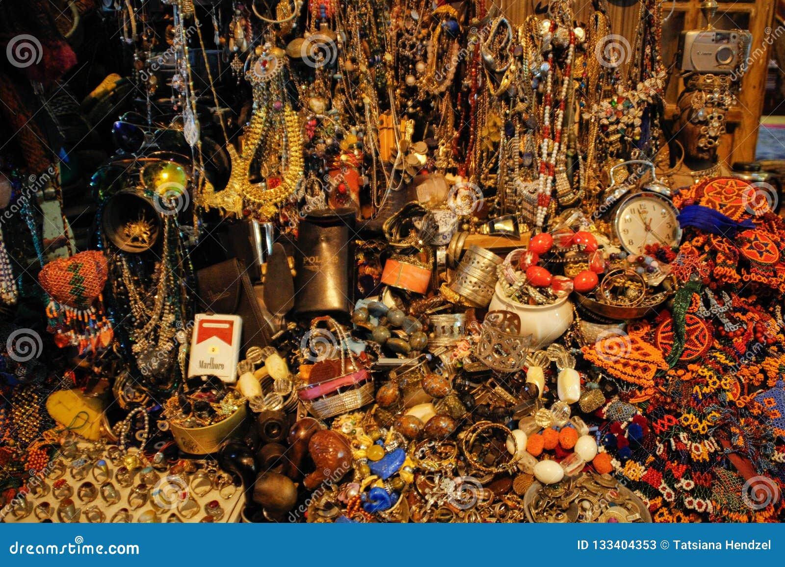 Случайно разбросал браслеты, шарики, серьги и кольца сделанные драгоценных металлов и камней на рынке Стамбула