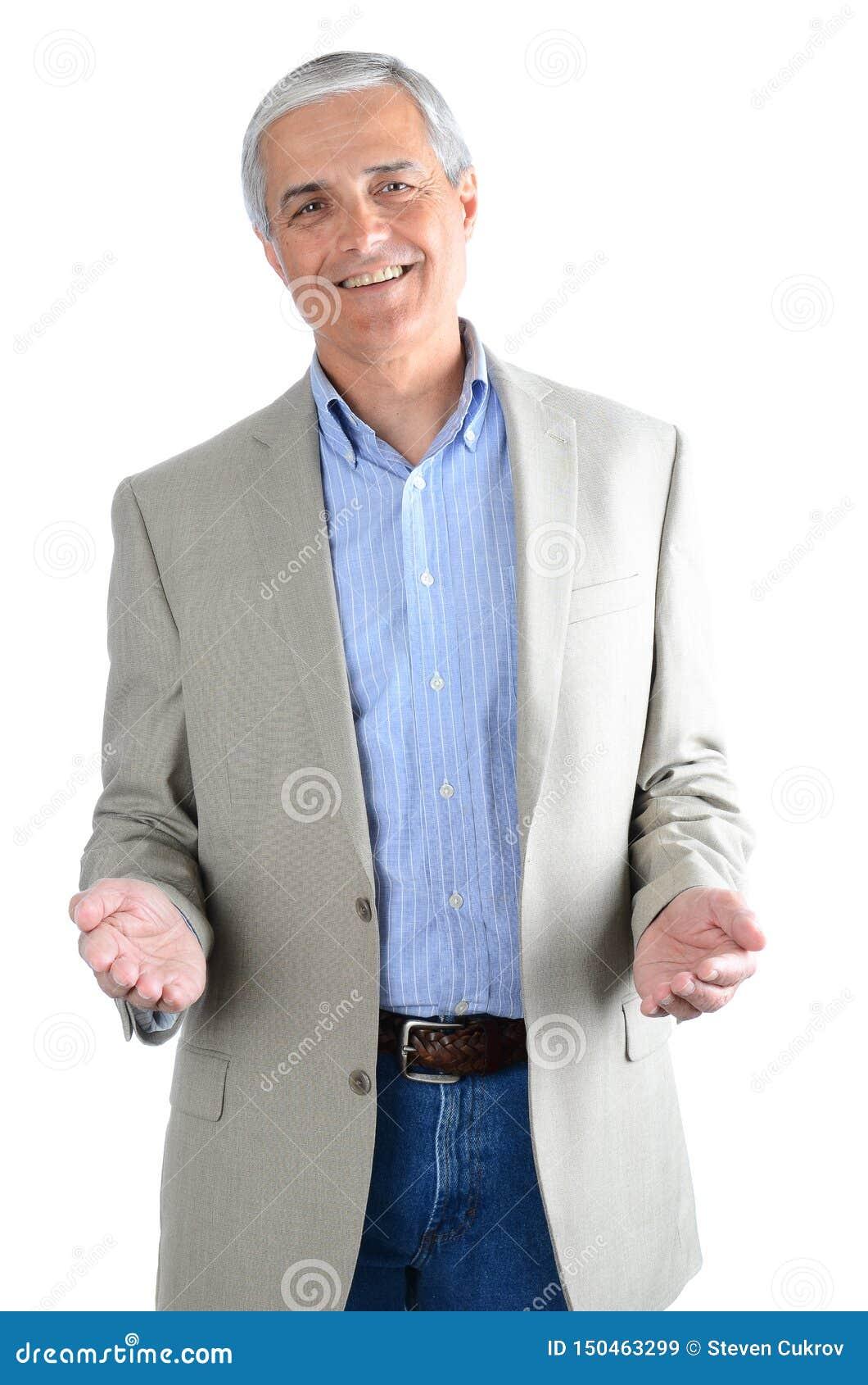 Случайно dredssed средний достигший возраста бизнесмен изолированный на белизне с его показывать жестами рук
