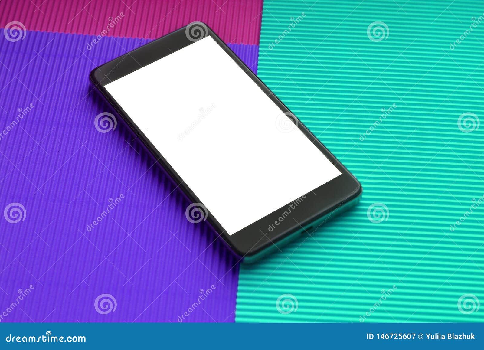 Смартфон модель-макета взгляда сверху против ультрамодной multicolor предпосылки