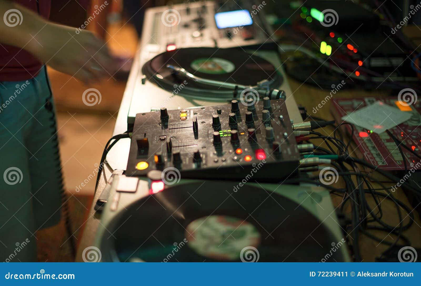 Смеситель и показатель DJ в ночном клубе