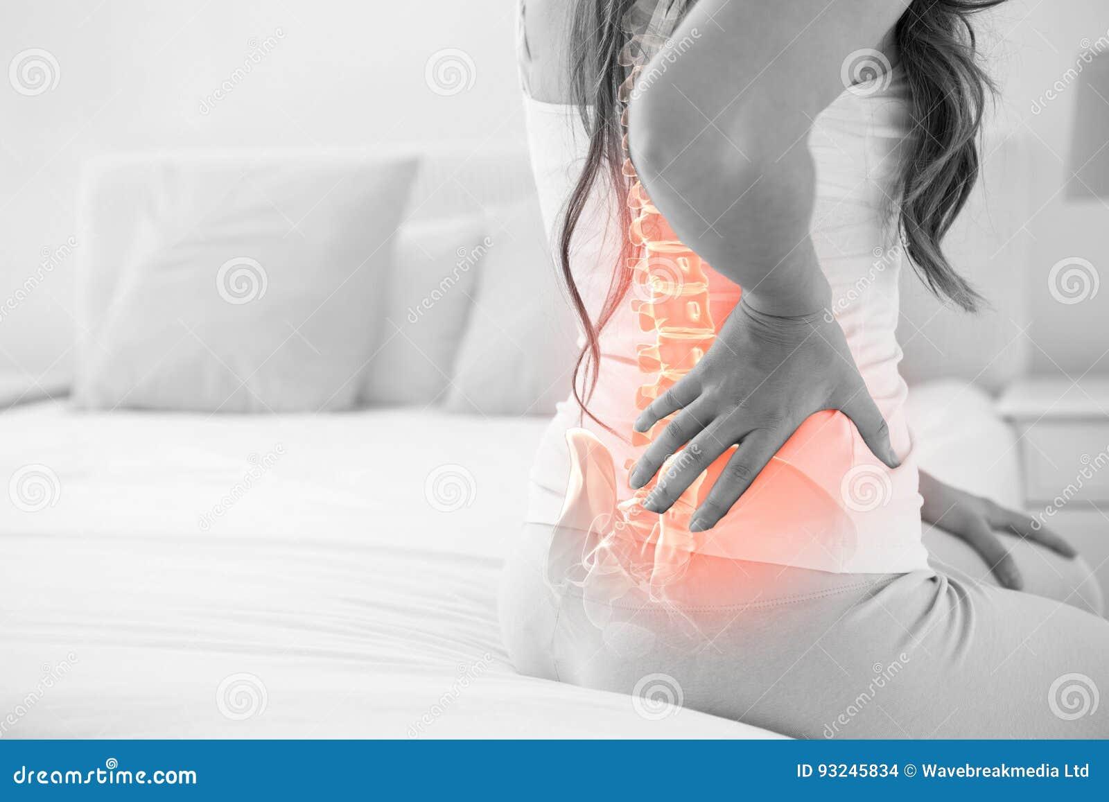 Смесь цифров позвоночника Highlighted женщины с болью в спине