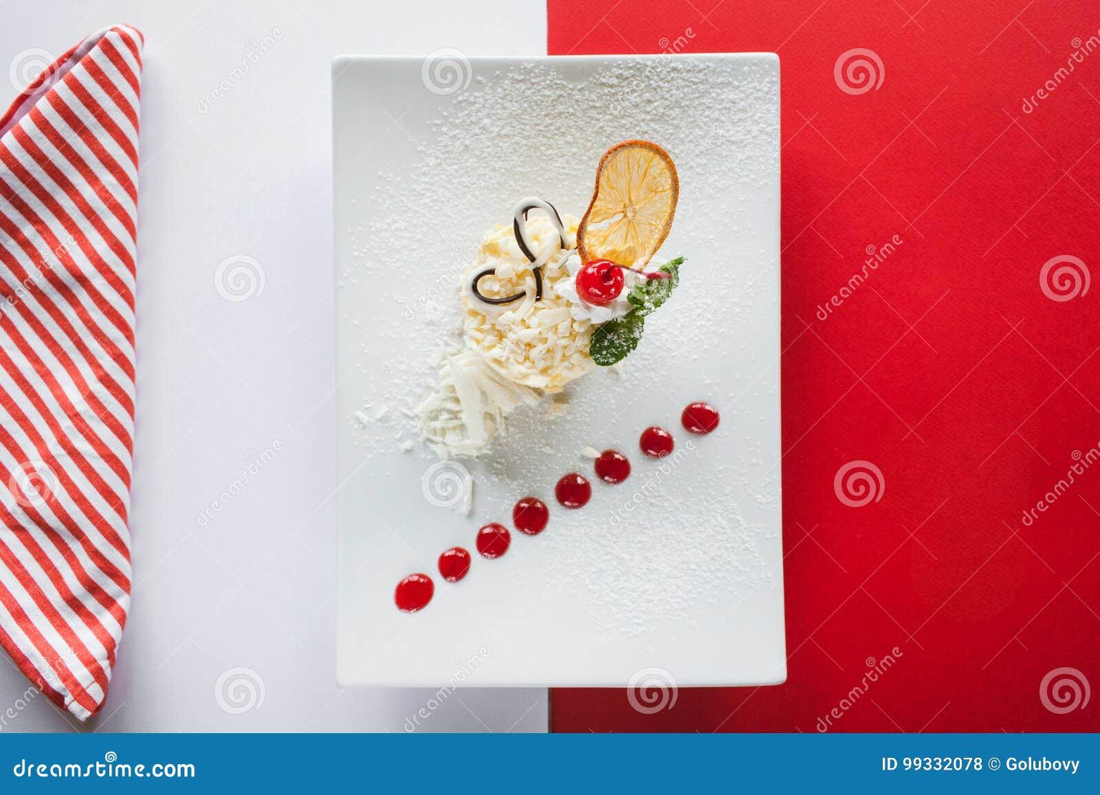 Сметанообразный оранжевый десерт на красочной предпосылке