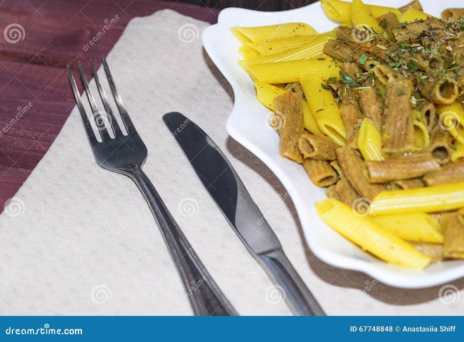 Смешанная рожь и классические макаронные изделия пшеницы с специями и herbes de Провансалью тонизировали селективный фокус