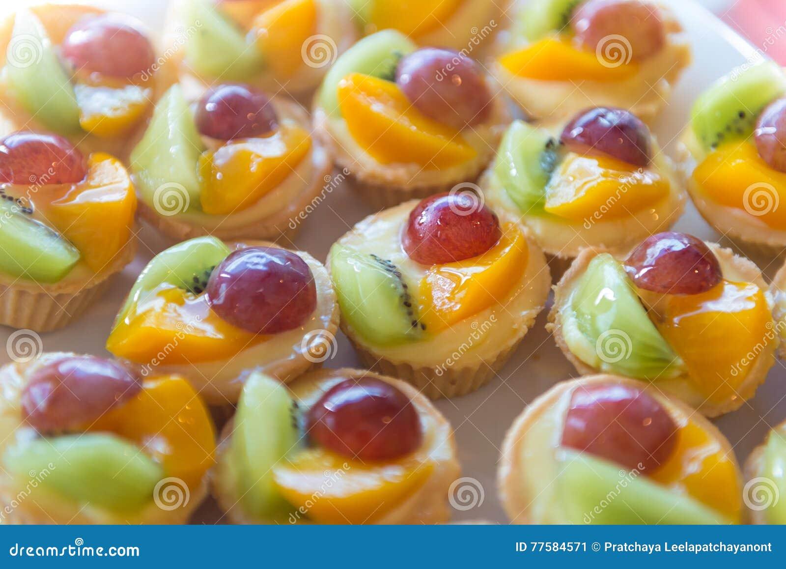 Смешанный пирог заварного крема свежих фруктов