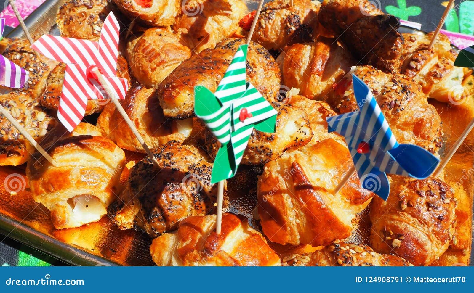 Смешивание бриошей очень вкусных закусок малых сделанных из печенья слойки