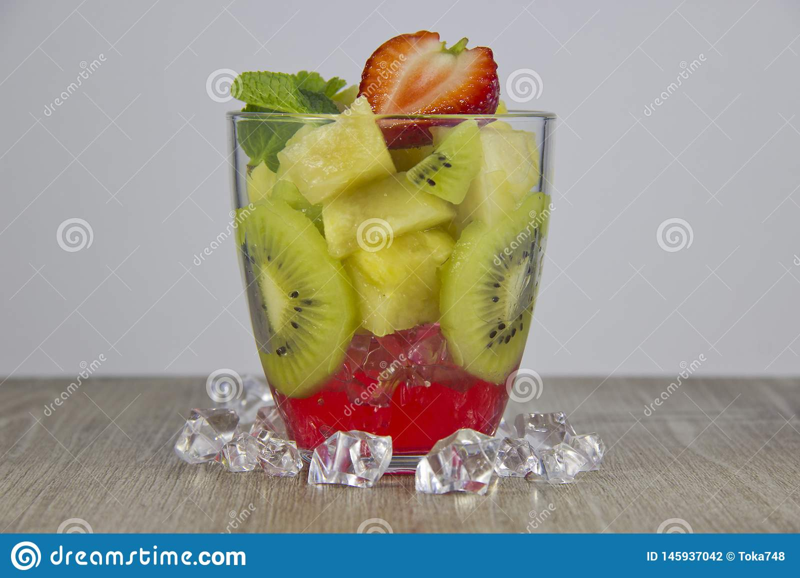 Смешивание свежих фруктов и ягод