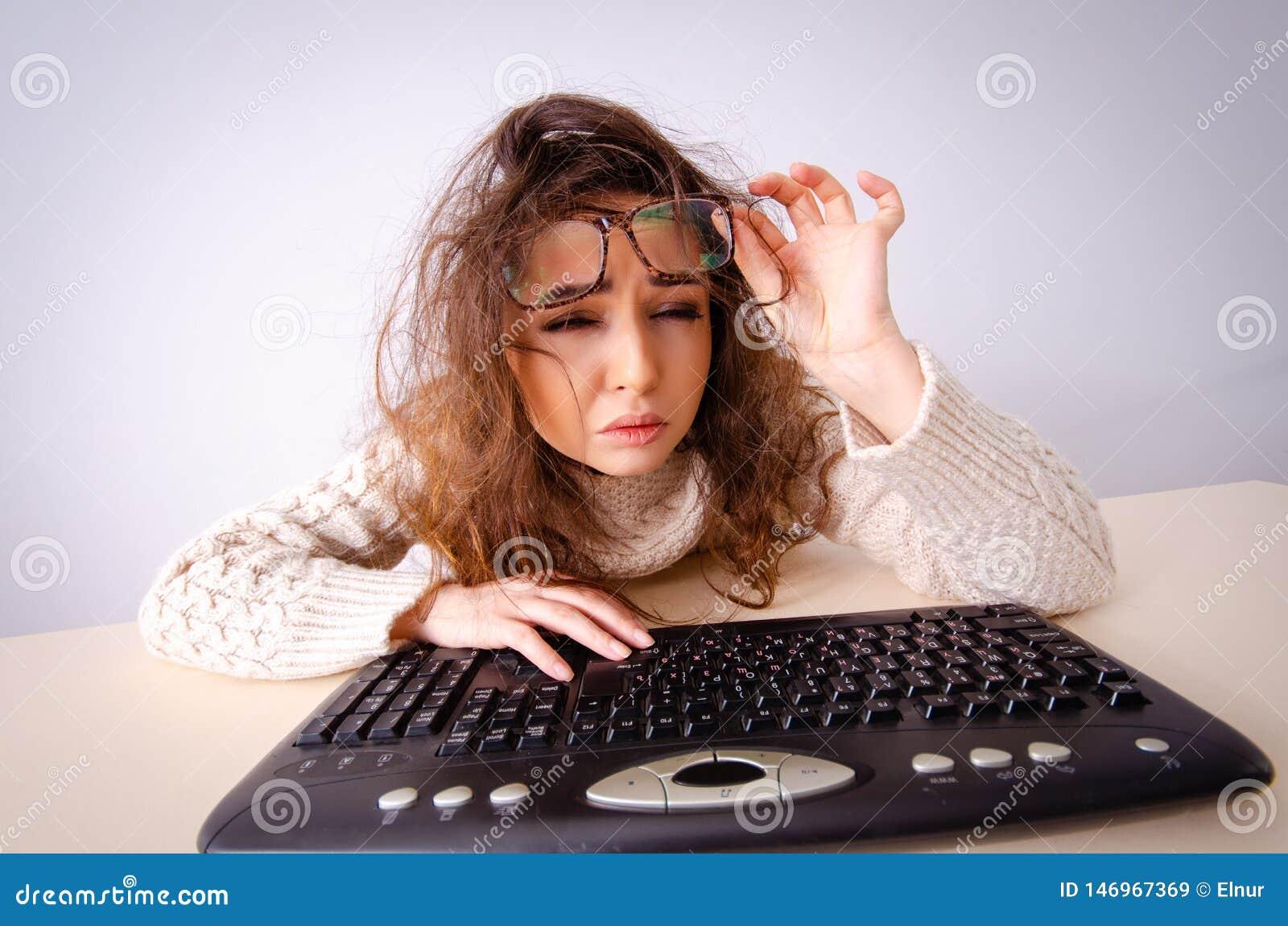 Смешная девушка болвана работая на компьютере