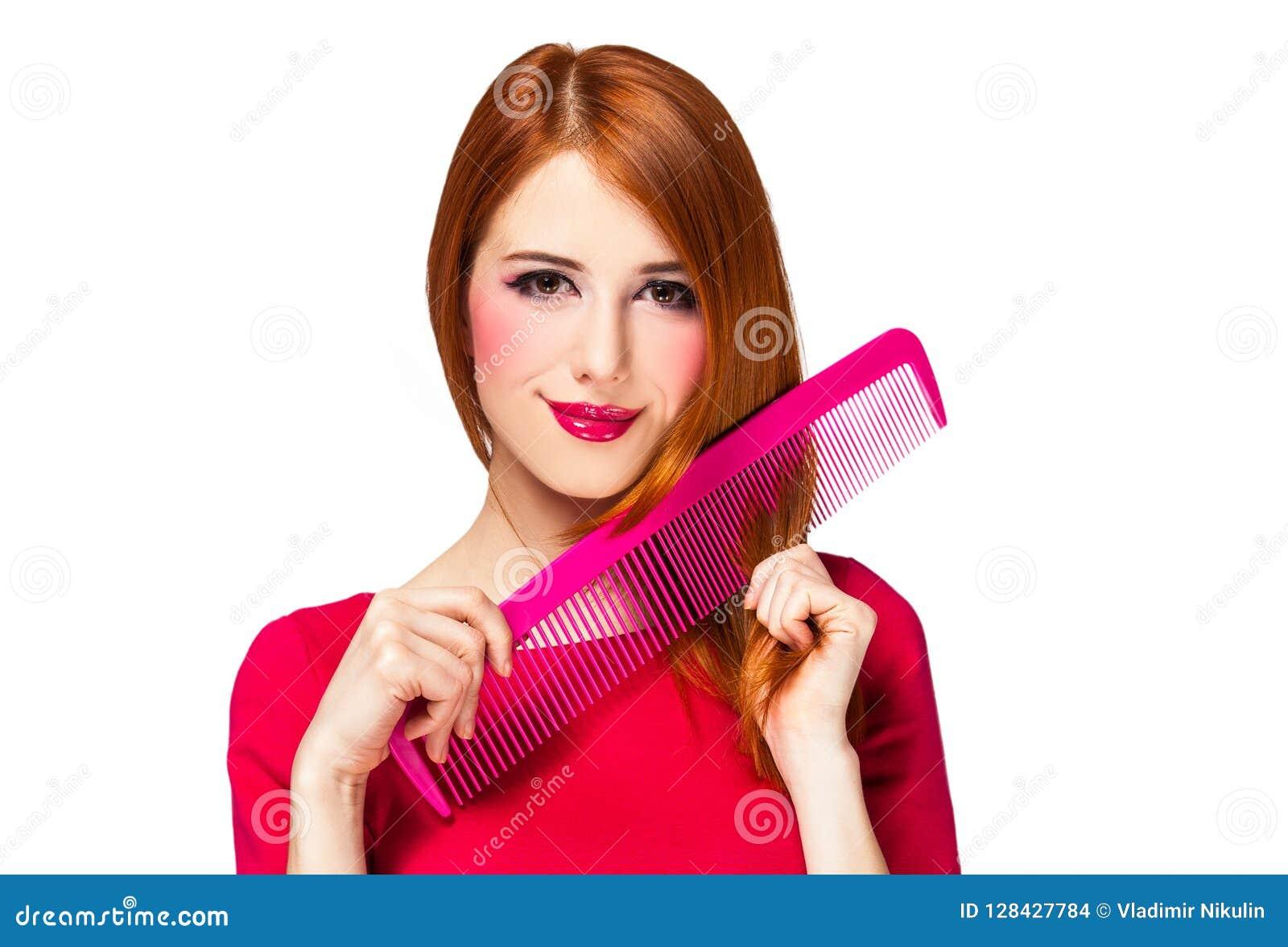 Смешная девушка redhead с большим гребнем