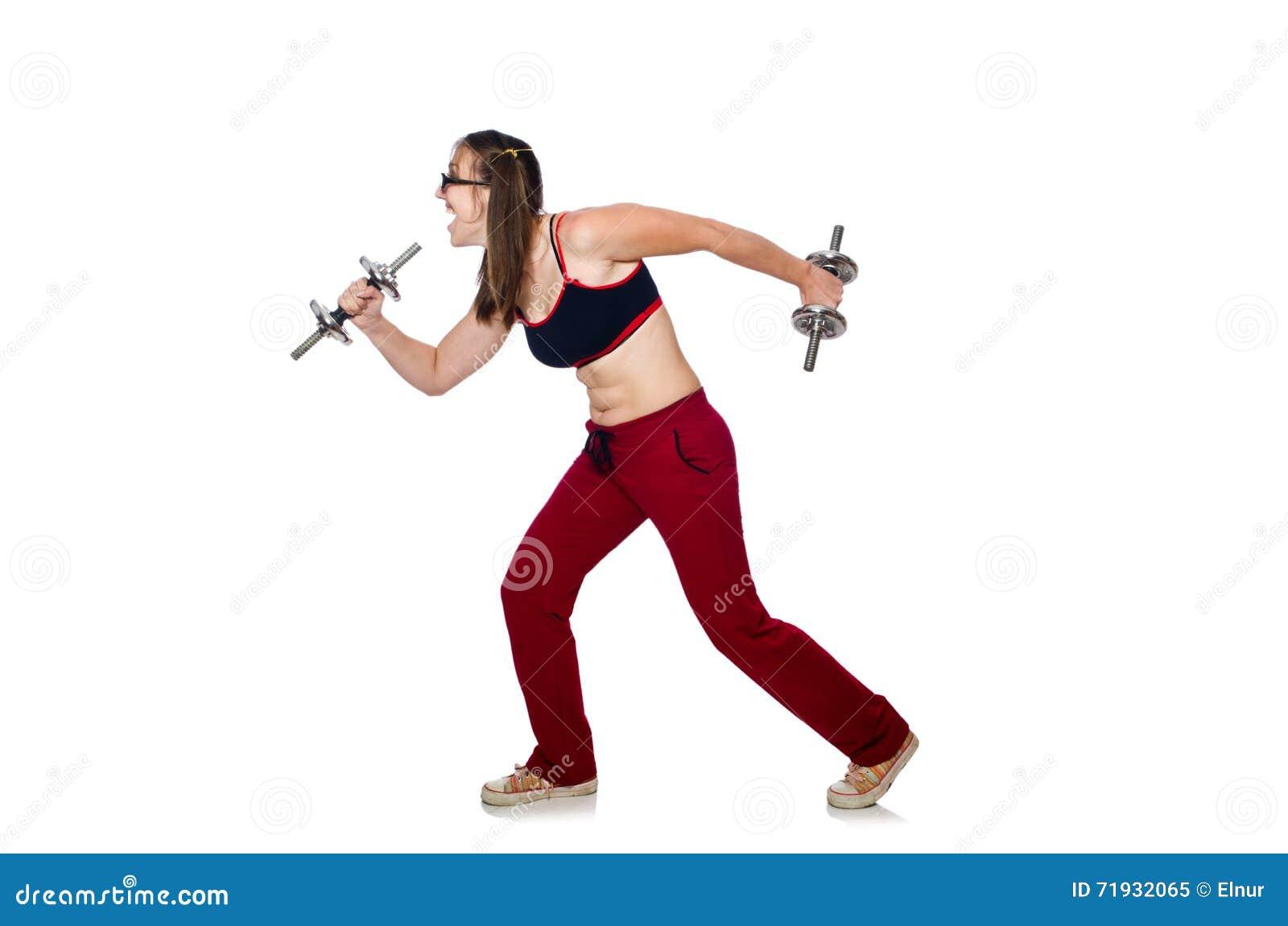 Смешная женщина с гантелями изолированная на белизне