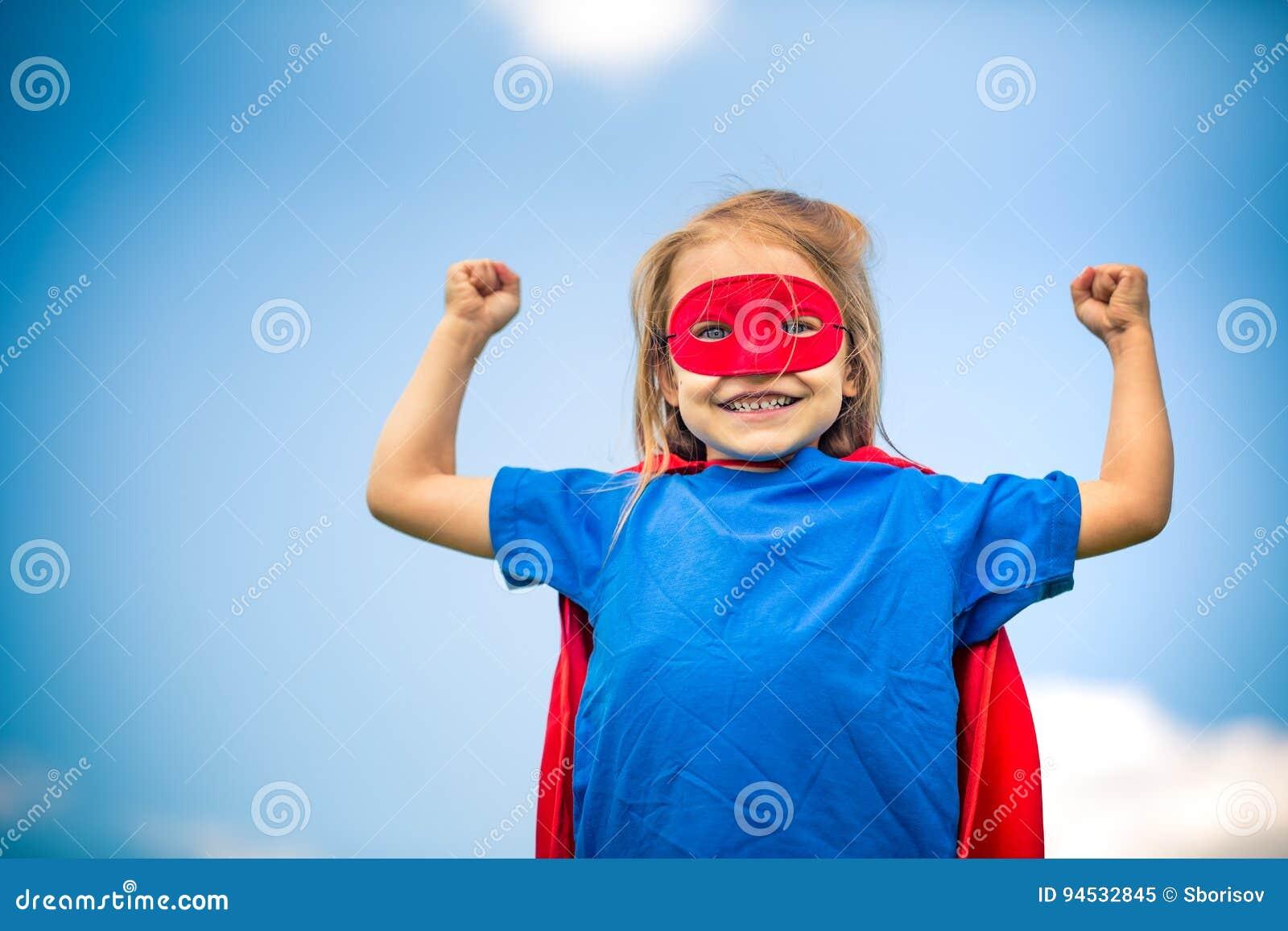 Смешная маленькая девочка играя супергероя силы