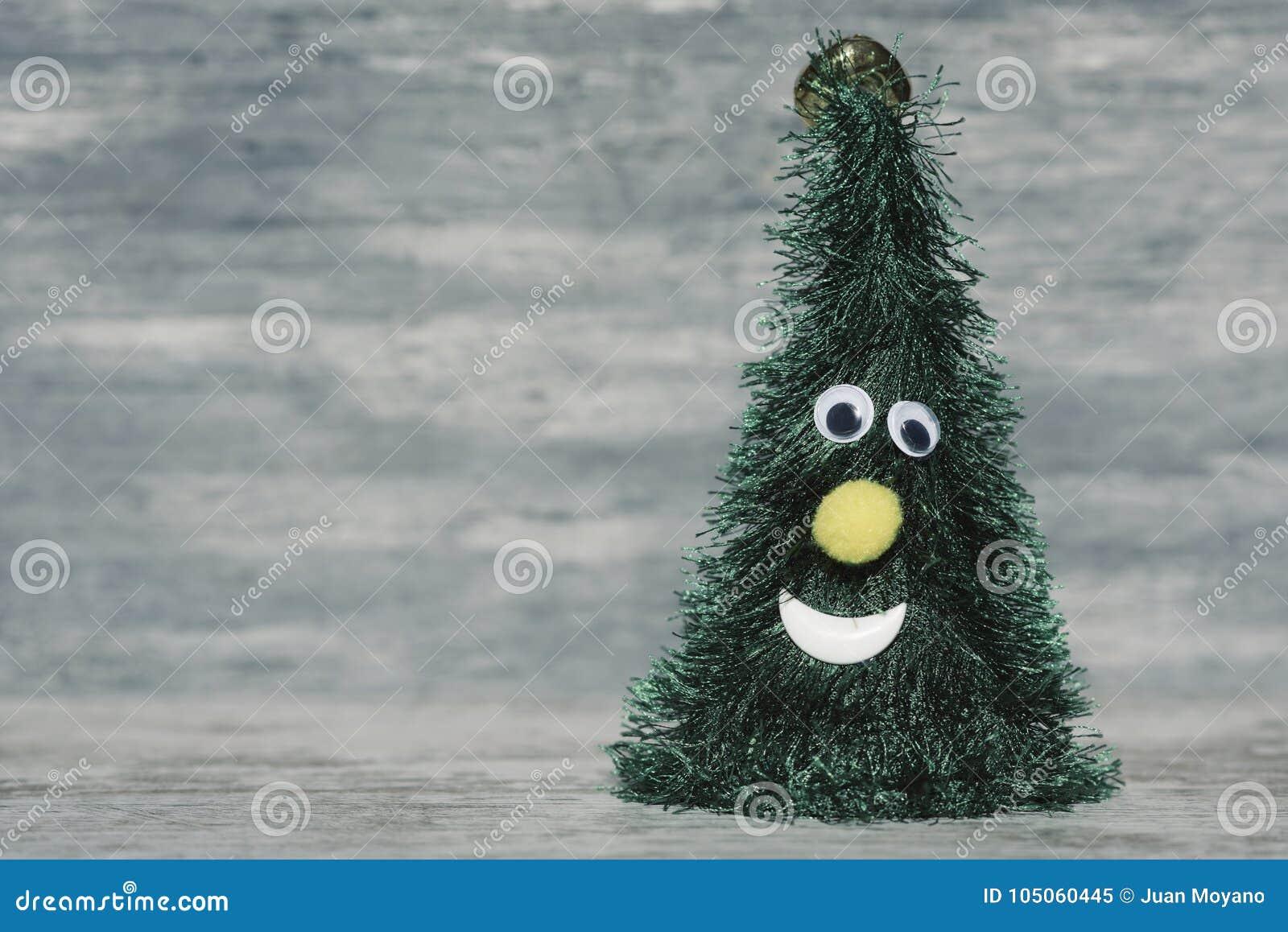 Смешная рождественская елка против деревенской предпосылки