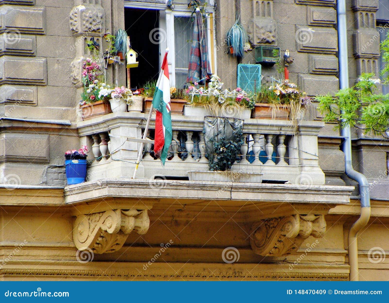 Смешной балкон на бульваре Andrasi в Будапеште