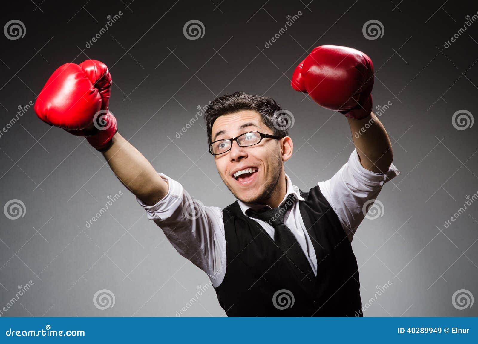 Смешной бизнесмен боксера