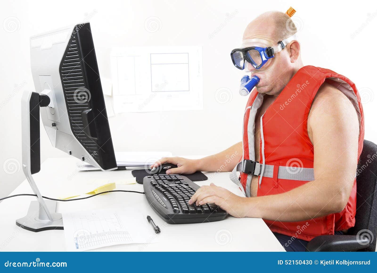 Смешной бизнесмен в маске и шноркеле подныривания