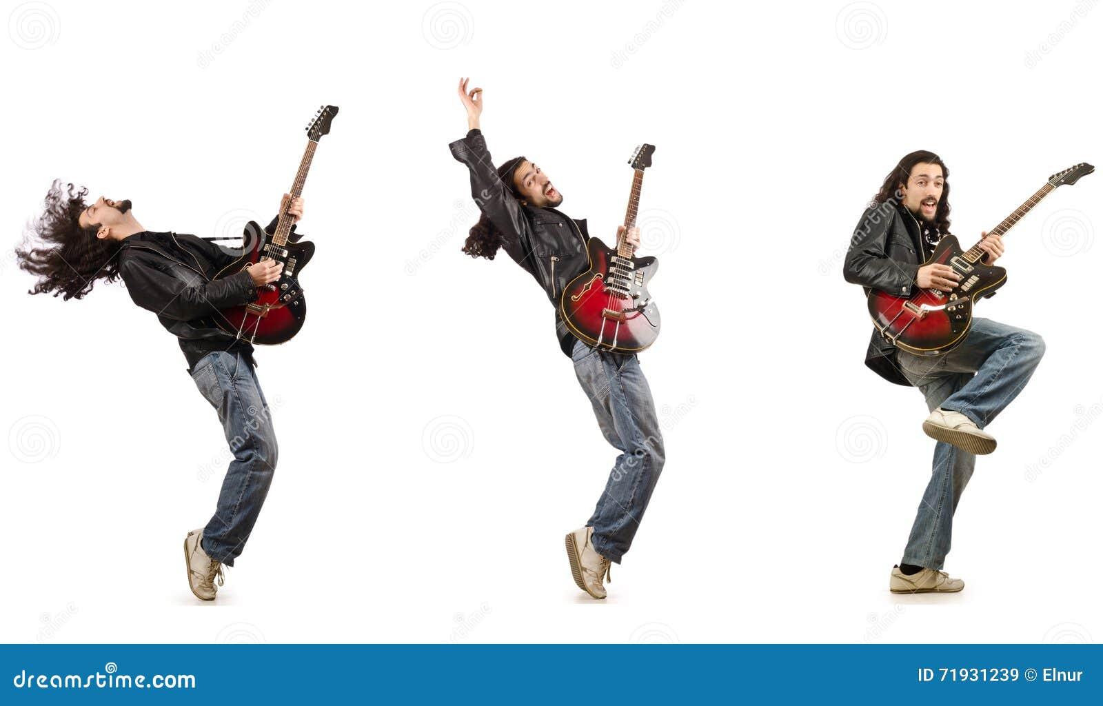Смешной гитарист изолированный на белизне