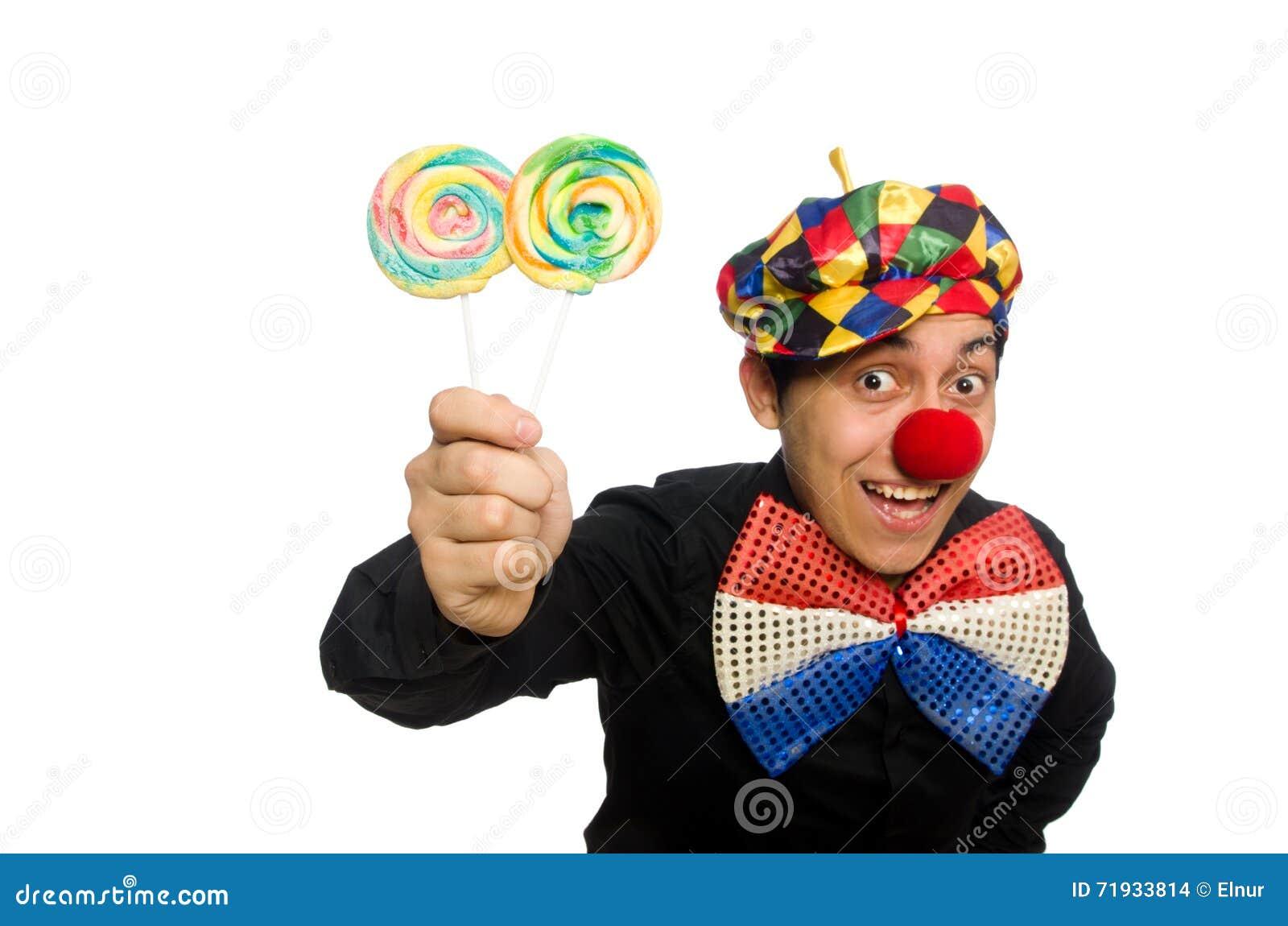 Смешной клоун при леденец на палочке изолированный на белизне