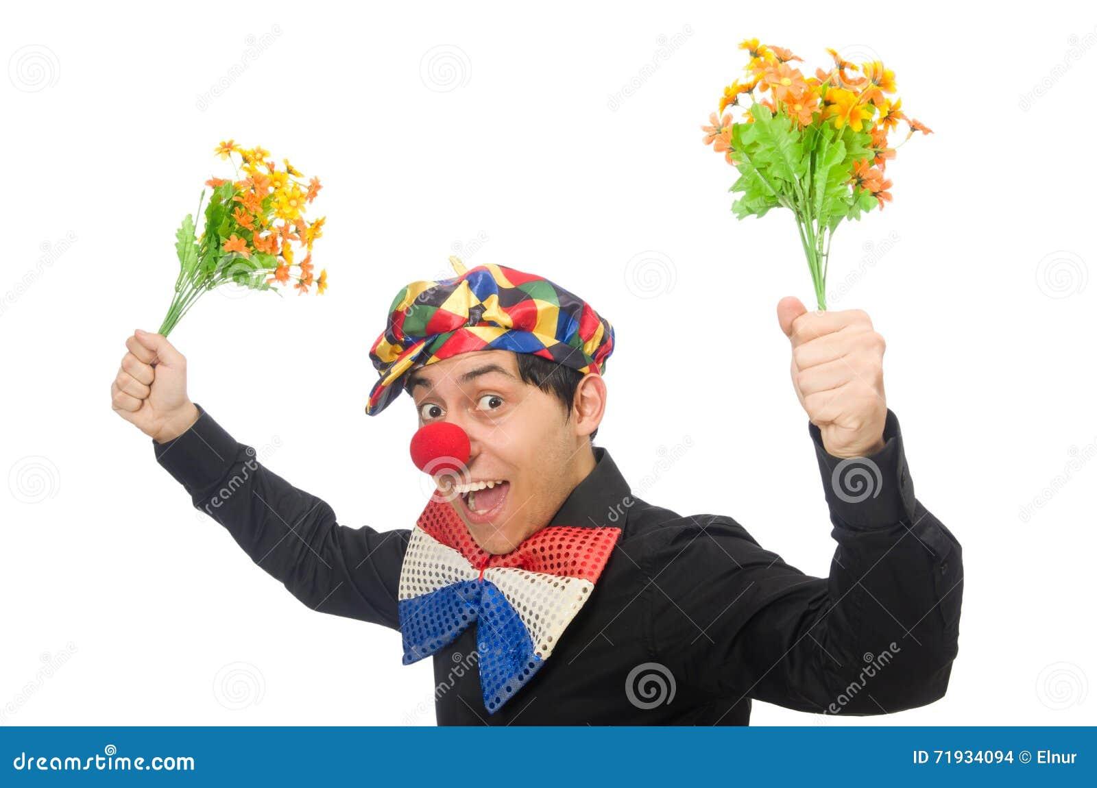 Смешной клоун при цветки изолированные на белизне