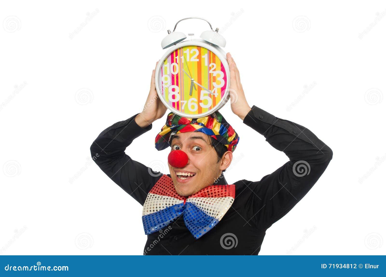 Смешной клоун при часы изолированные на белизне
