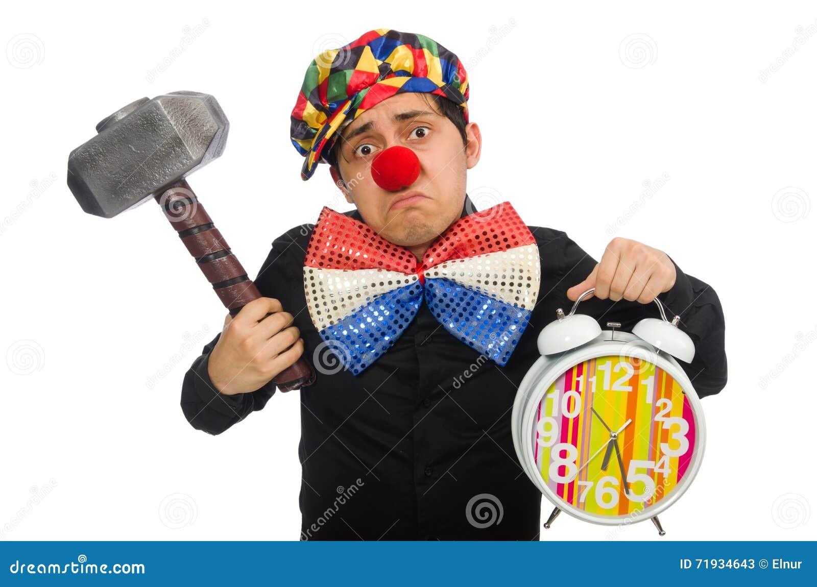 Смешной клоун с молотком и часами на белизне