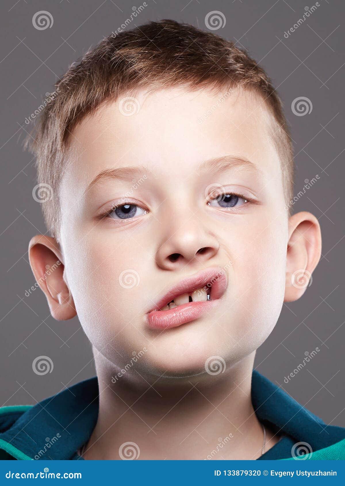 Смешной малыш смешной ребенок эмоции гримасы