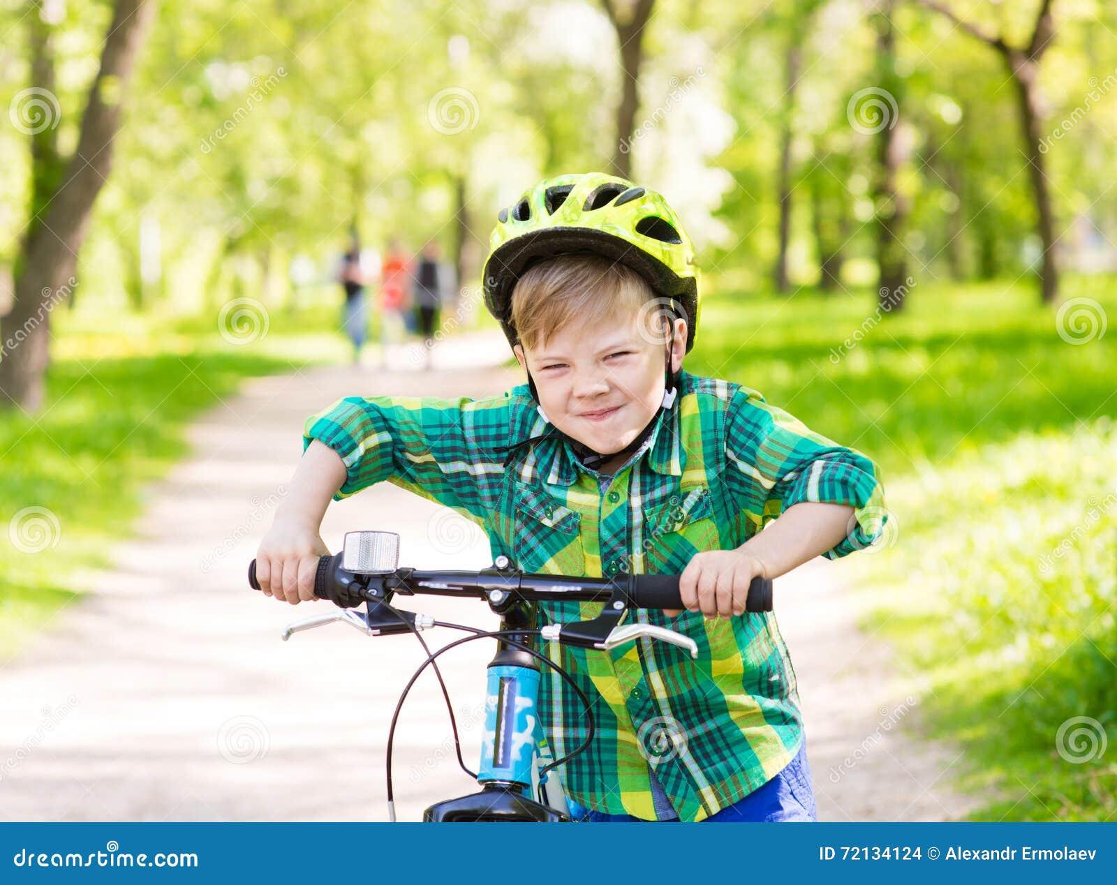 Смешной ребенок учит ехать велосипед