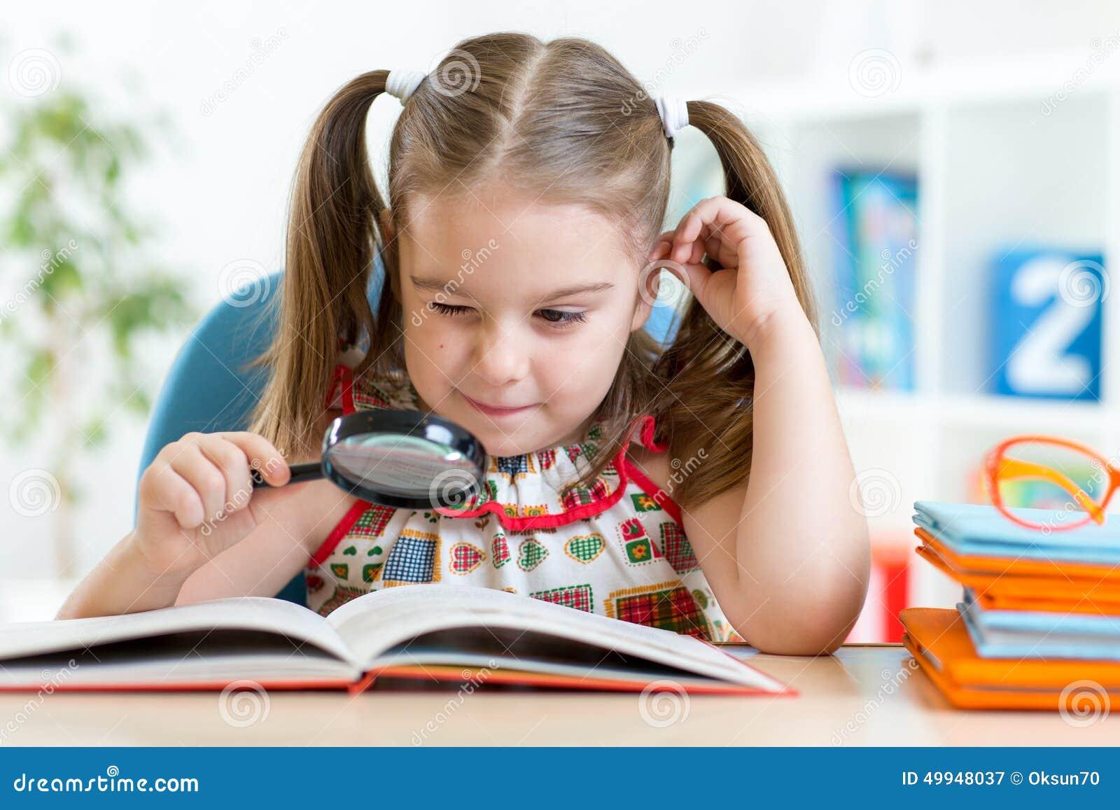 ребёнок читает книгу картинки