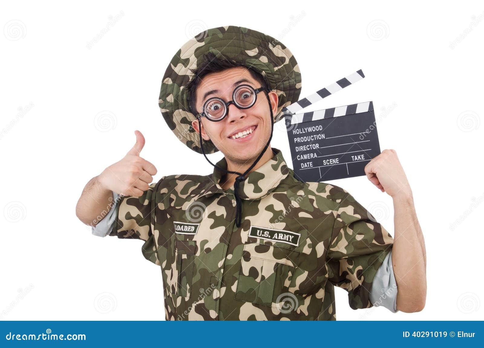 Смешной солдат с доской кино