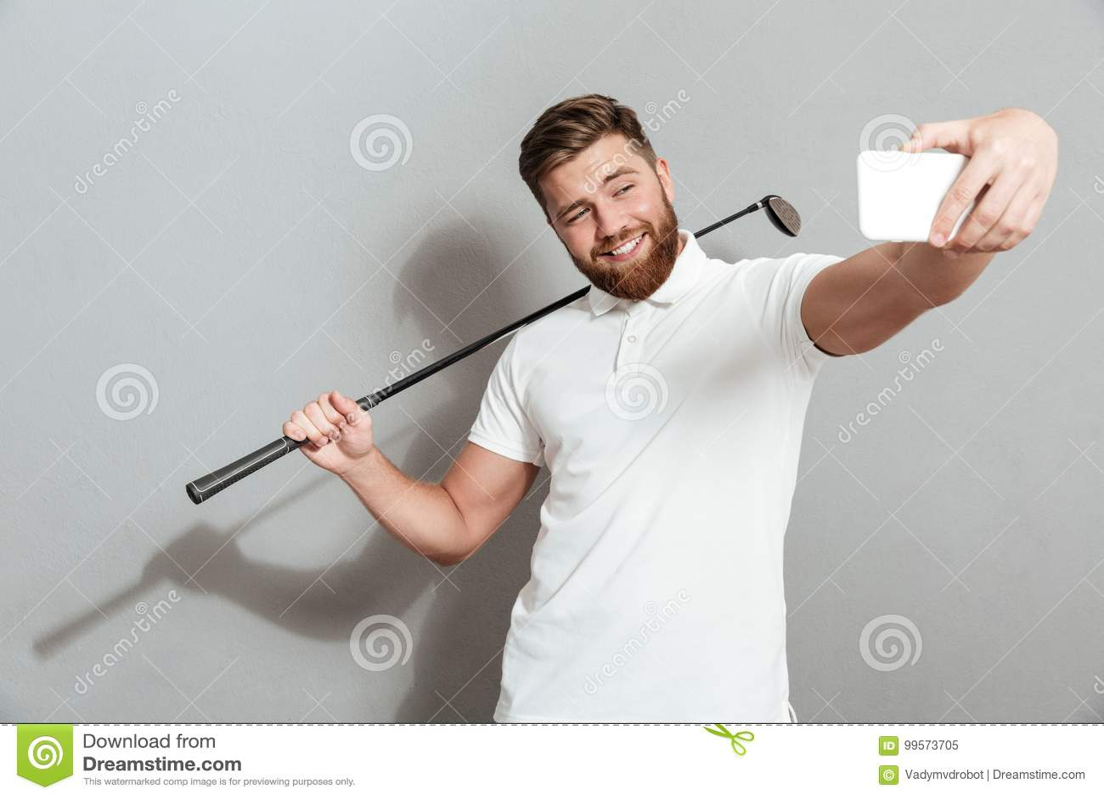 Смешной счастливый игрок в гольф делая selfie на его smartphone