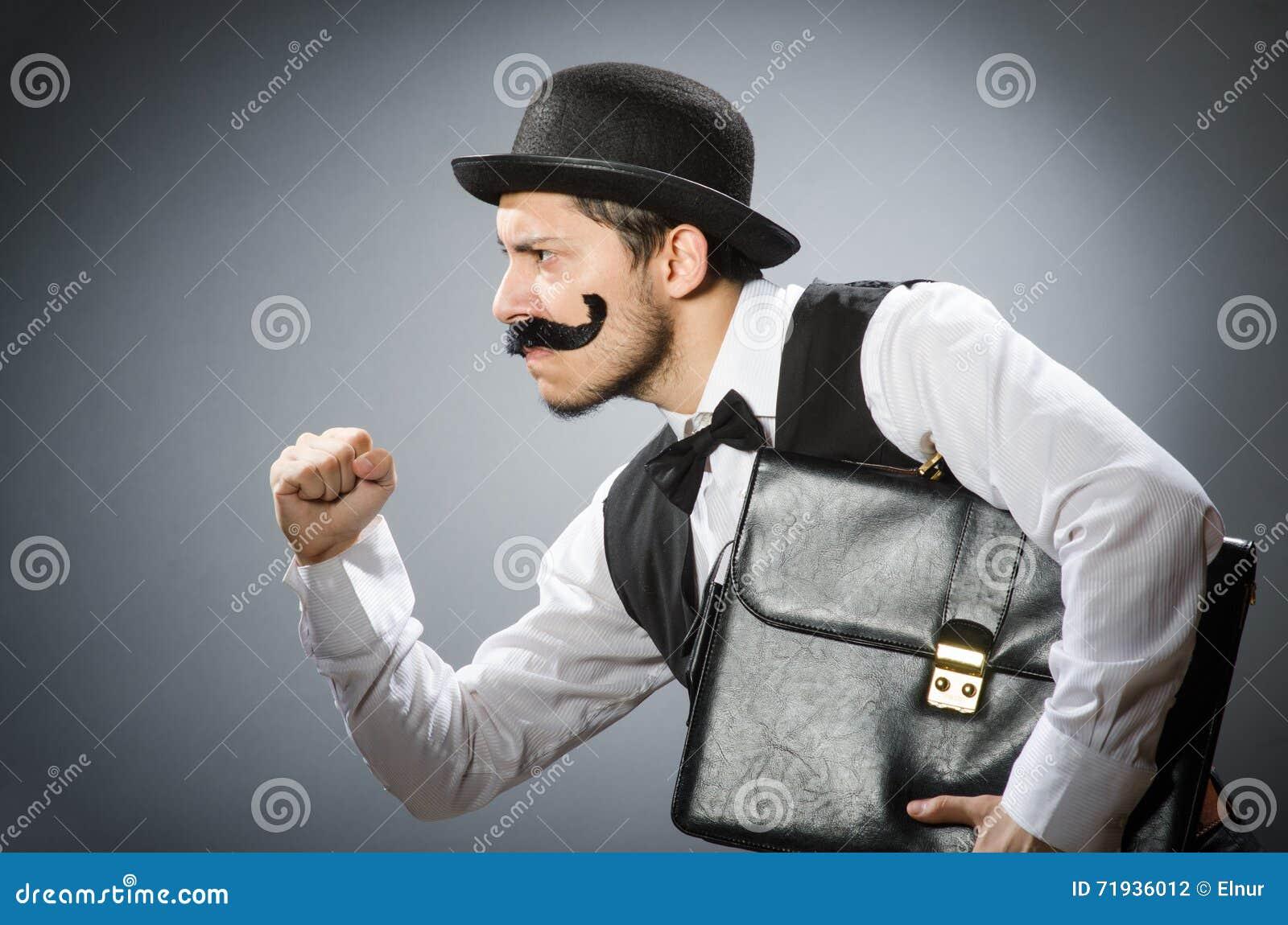 Смешной человек в винтажной концепции