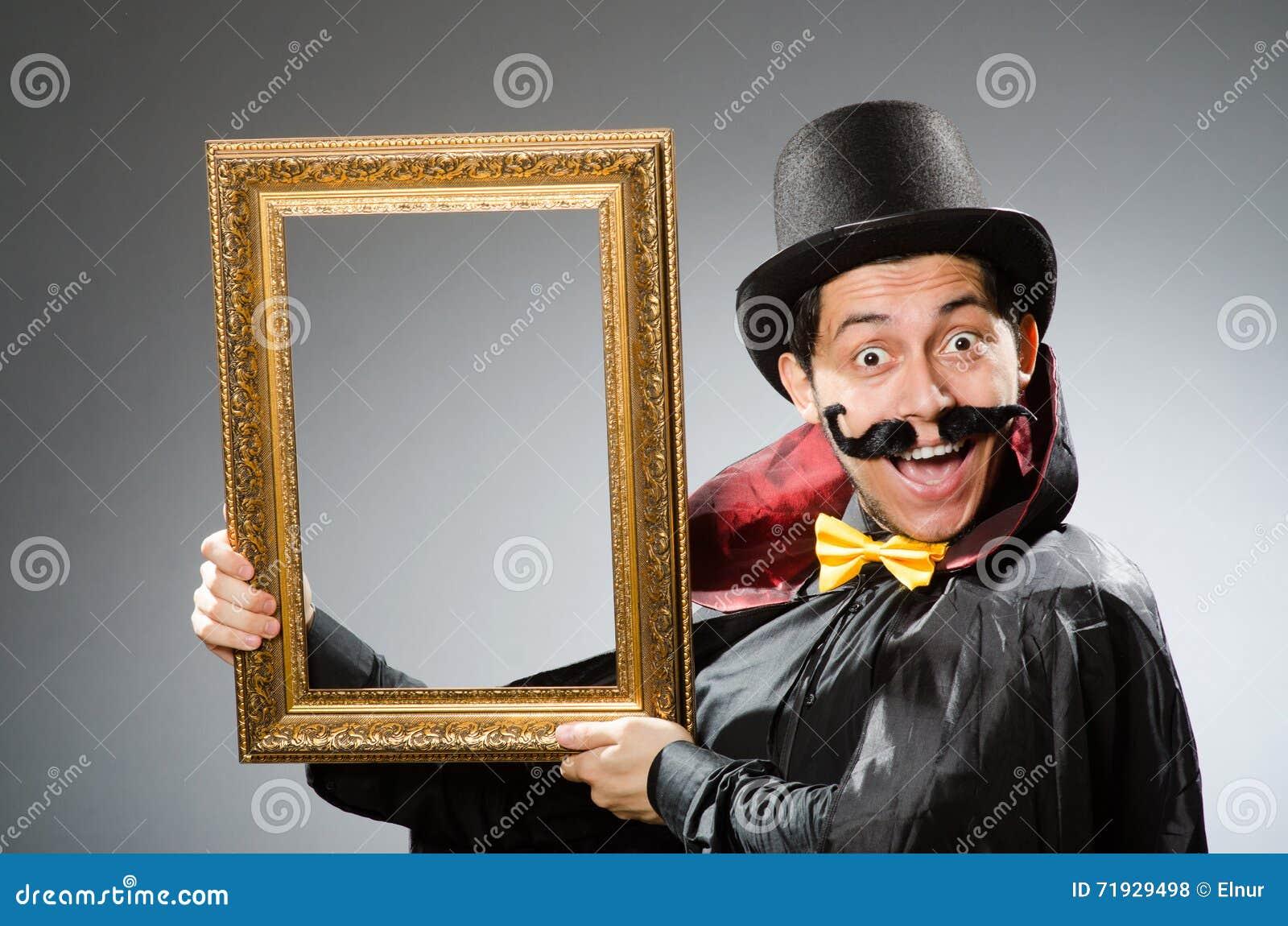 Смешной человек с картинной рамкой