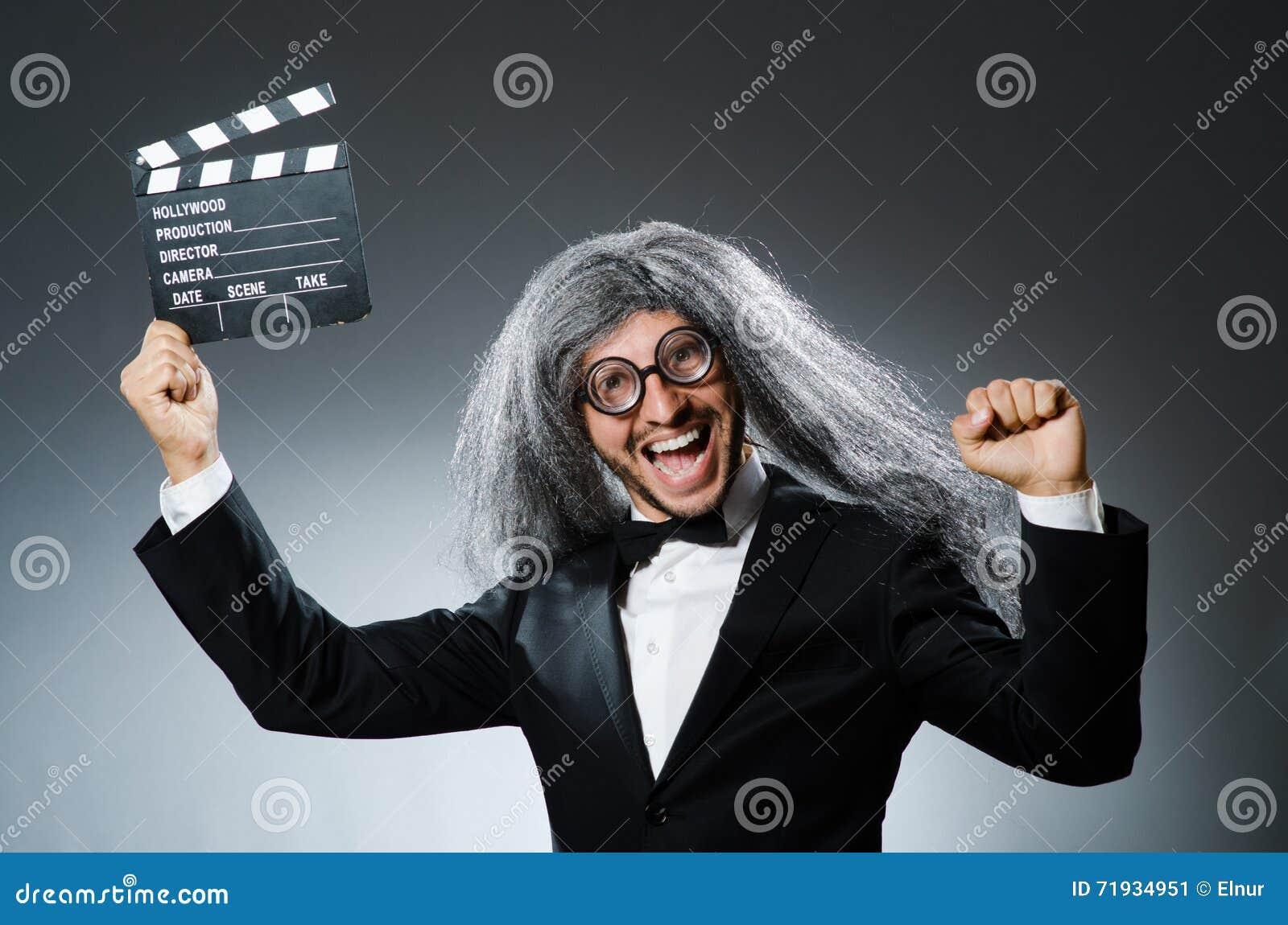 Смешной человек с clapboard кино