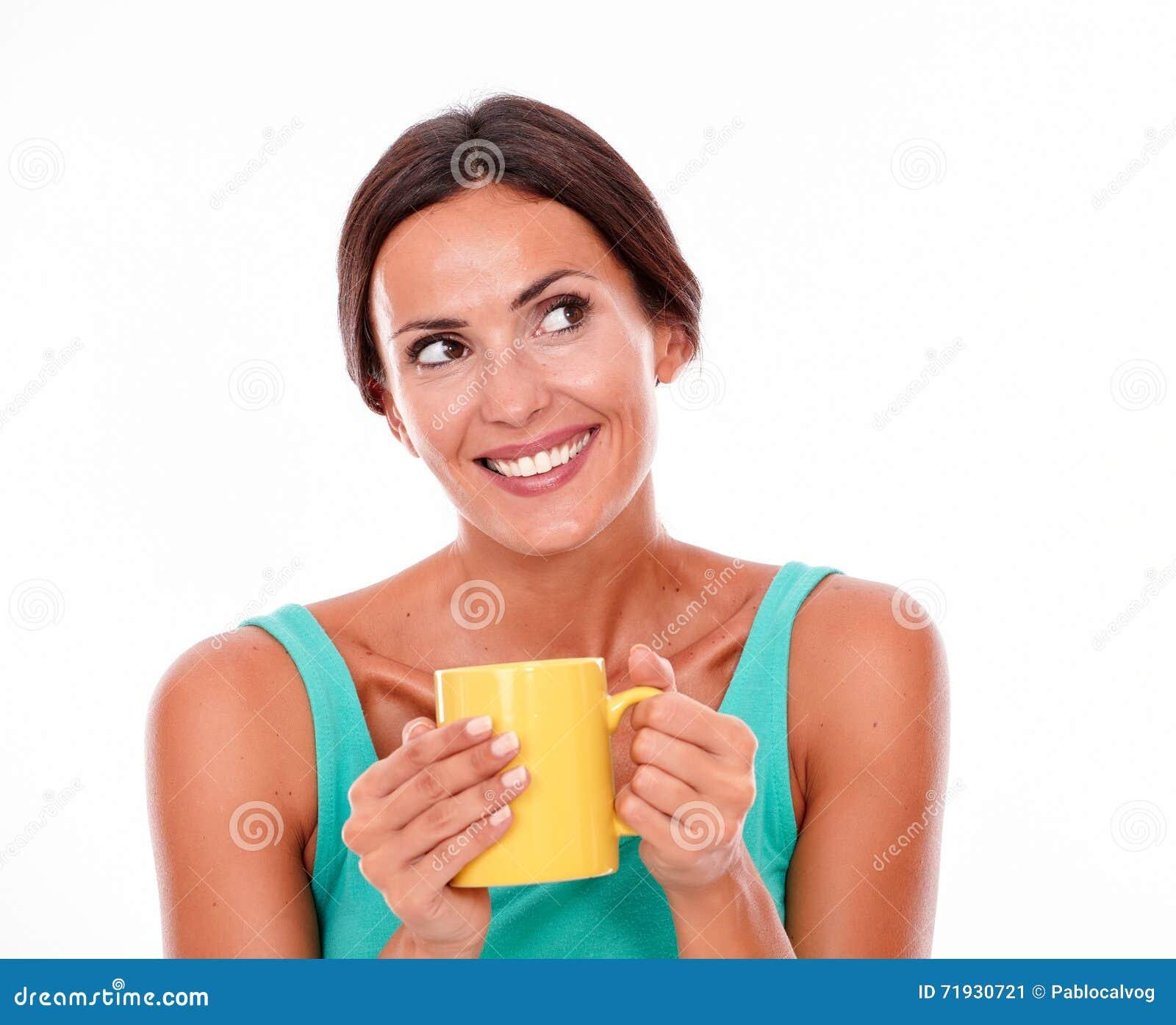 Смеясь над женщина брюнет с кружкой кофе