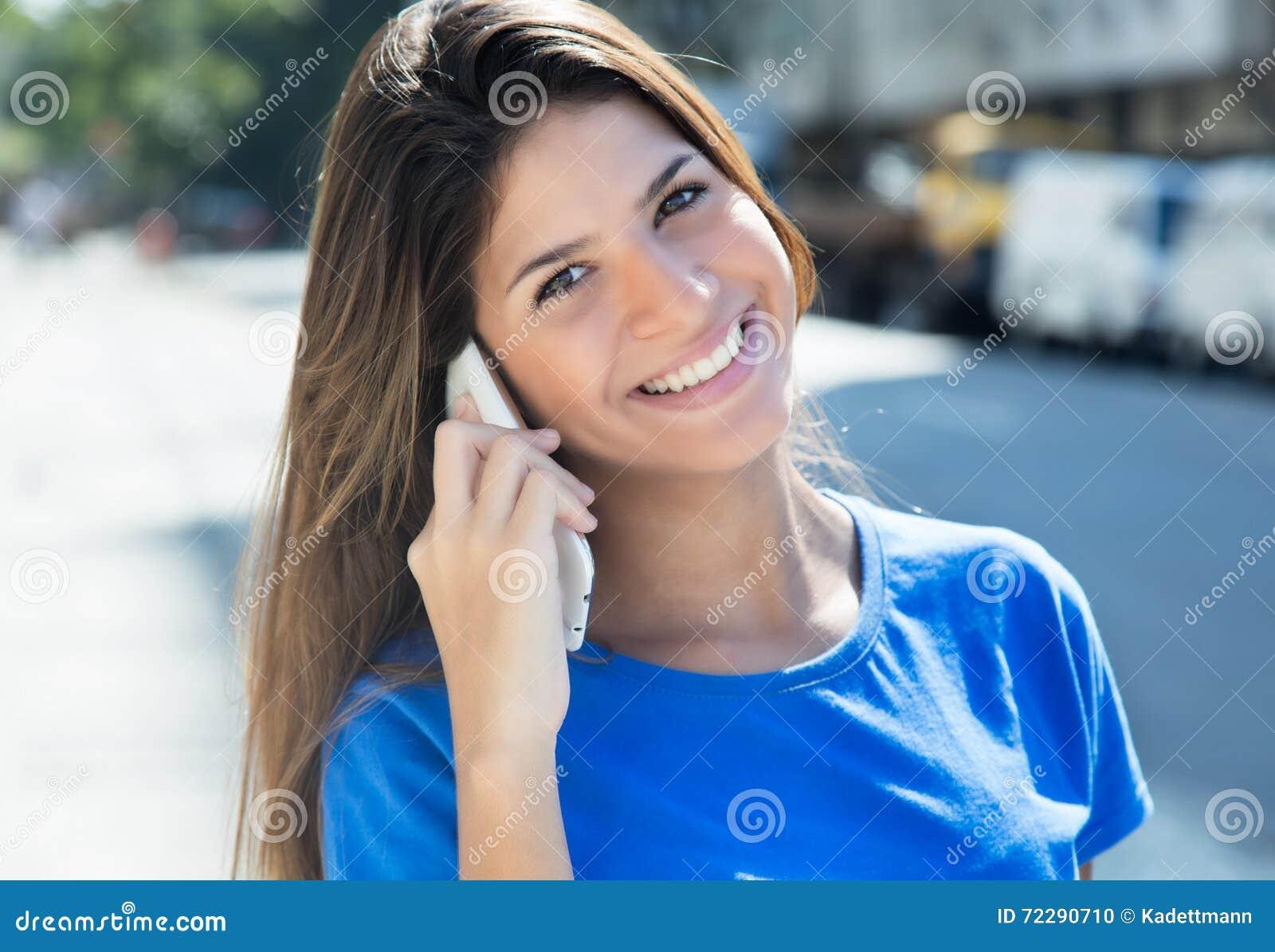 Download Смеясь над кавказская женщина в голубой рубашке на телефоне Стоковое Фото - изображение насчитывающей счастливо, flirting: 72290710