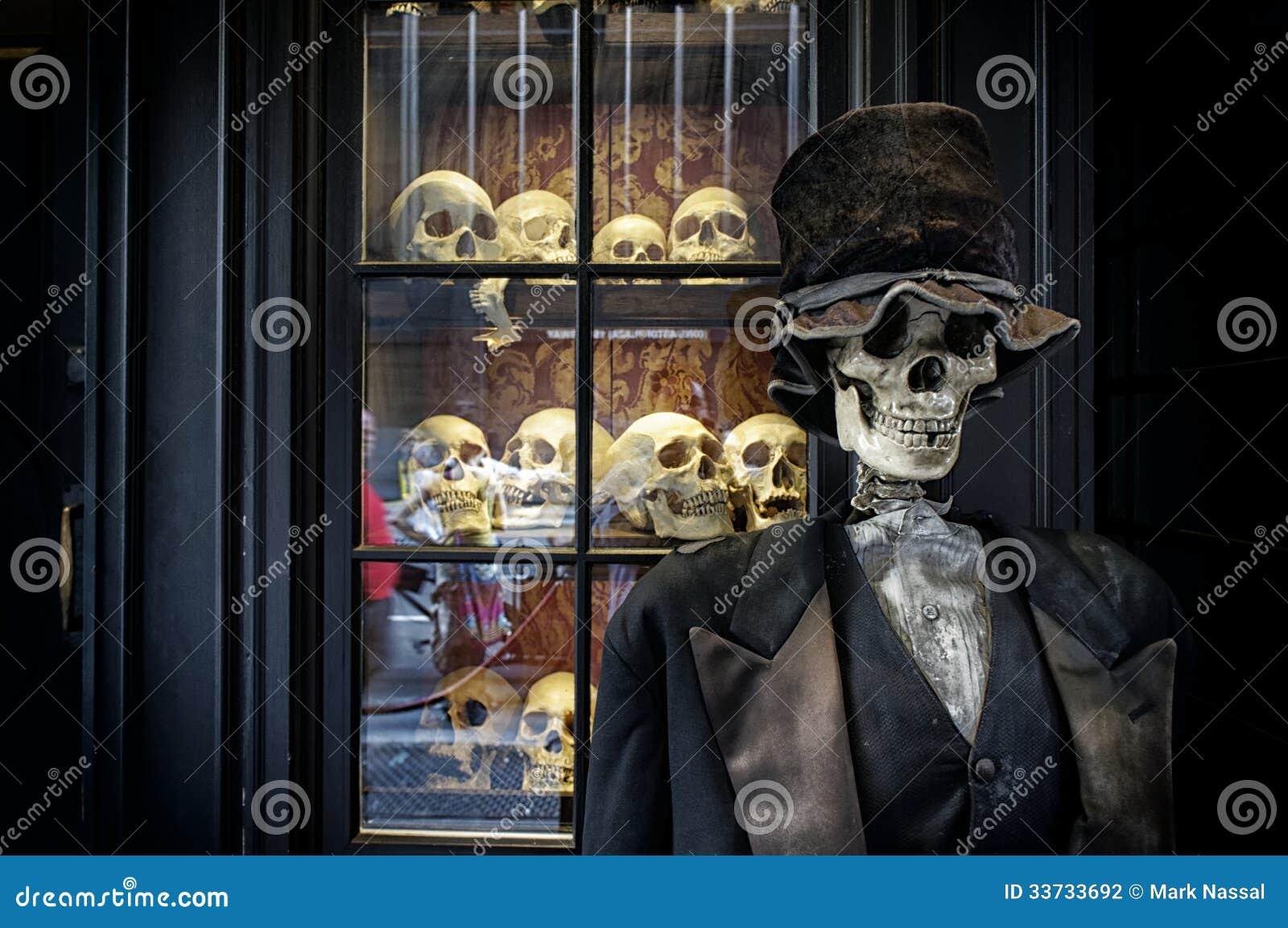 Смокинг и скелет
