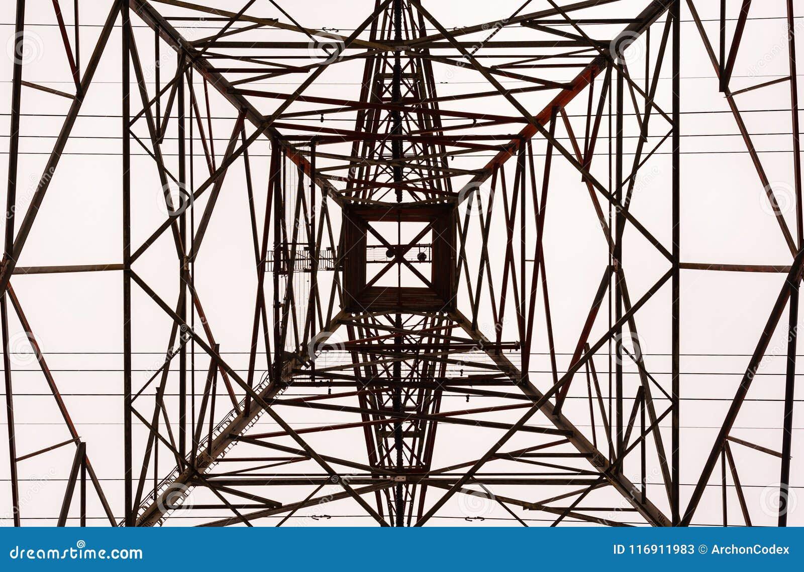 Смотреть вверх интерьер большой электрической рамки башни