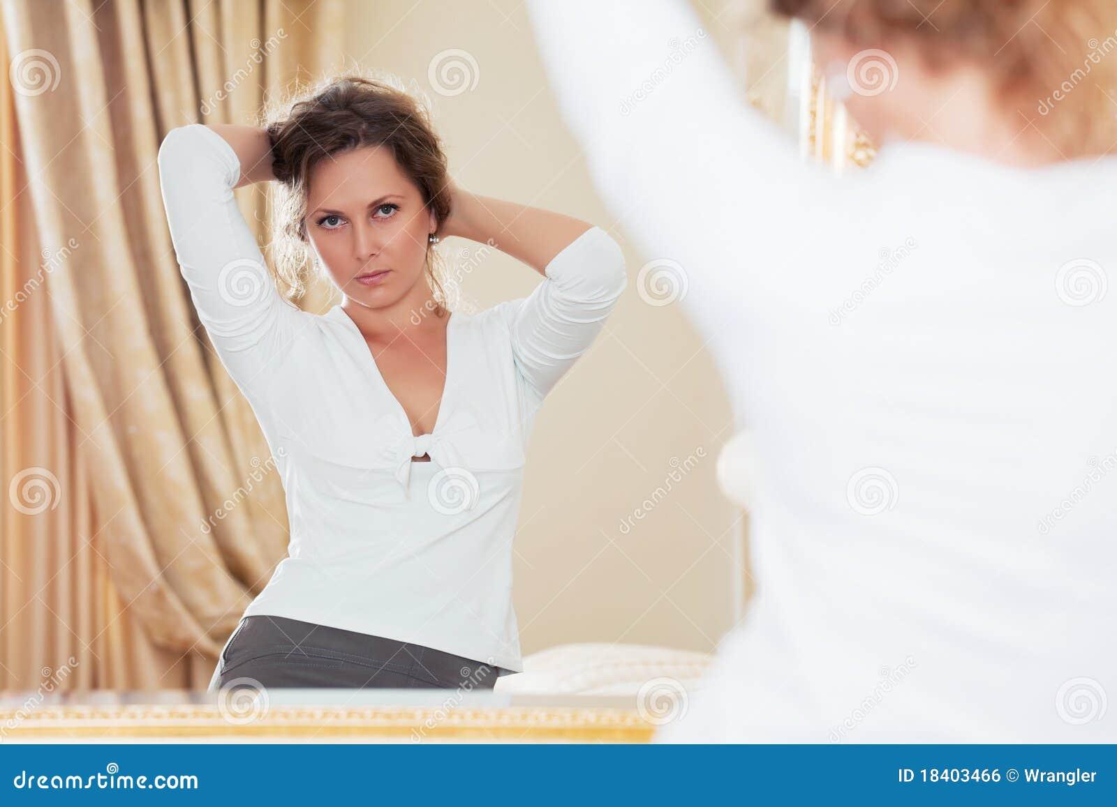смотреть женщину зеркала