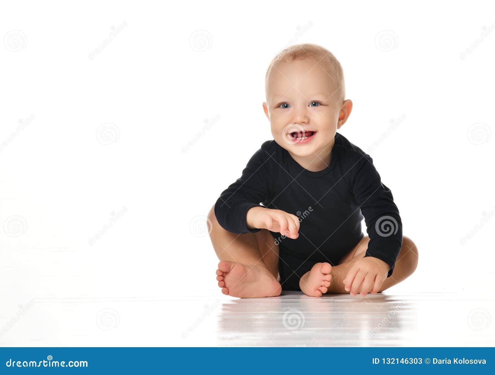 Смотреть младенческого малыша младенца ребенка вползая счастливый прямо изолированный на белой предпосылке