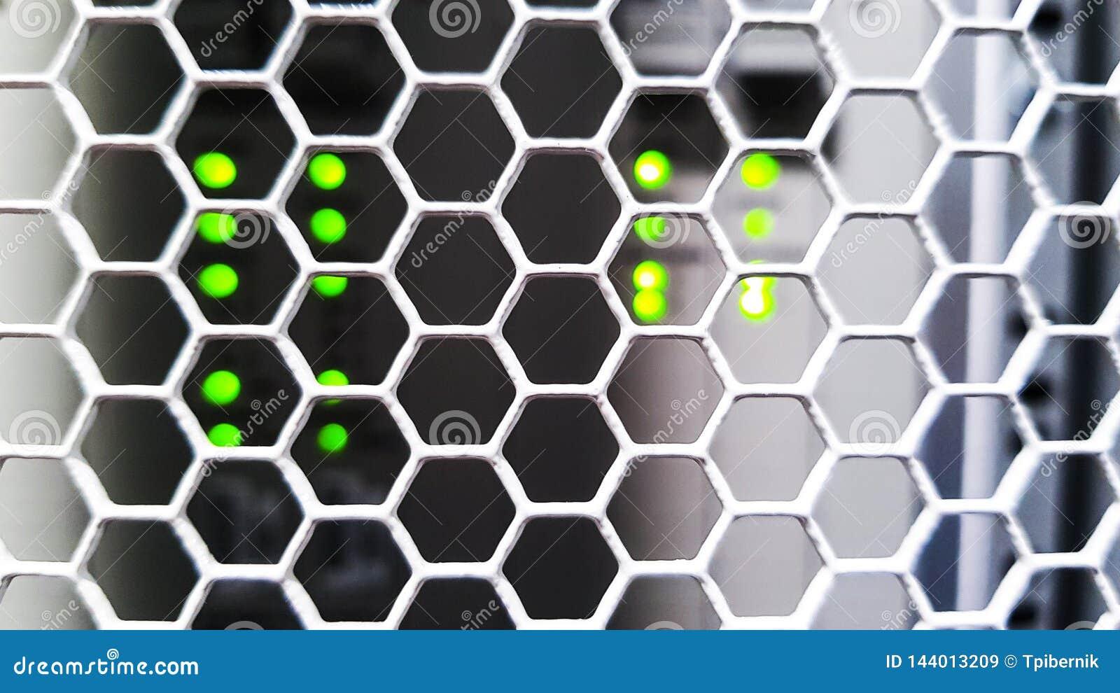 Смотреть через двери картины сота внутри современного большого шкафа сервера данных в центре данных с оборудованием сетевых серве