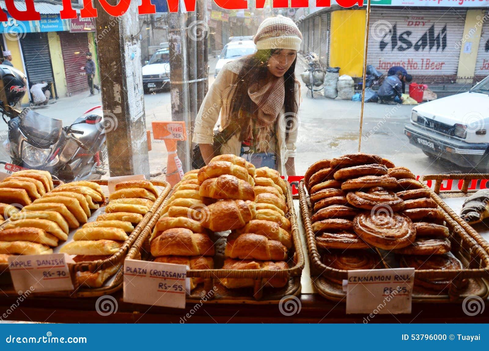 Смотреть людей женщин путешественника тайский и отборный хлеб в магазине для покупки на thamel