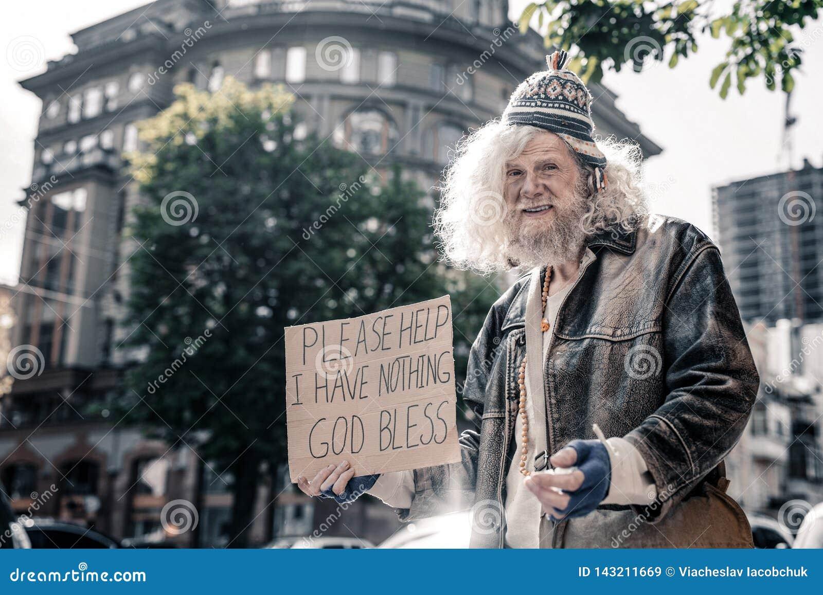 Смущенный старший бездомный человек быть грязный и помытый