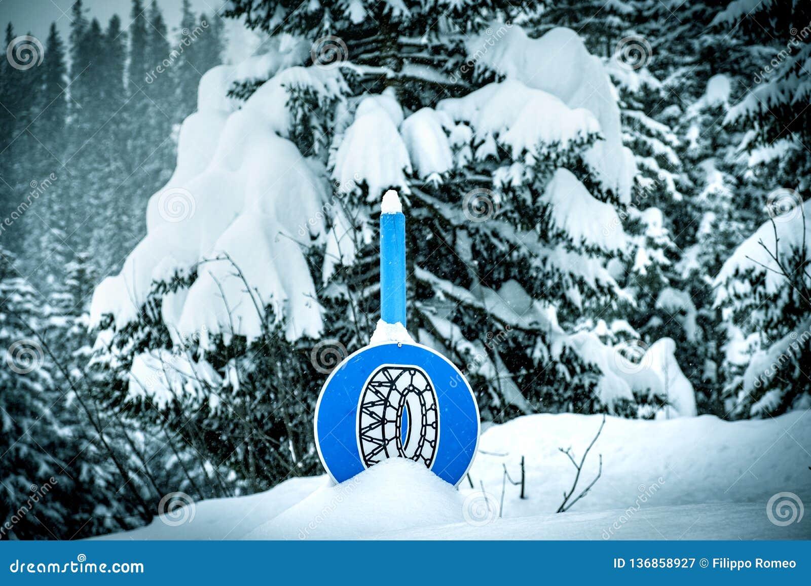 Снег знака цепи снега глубокий