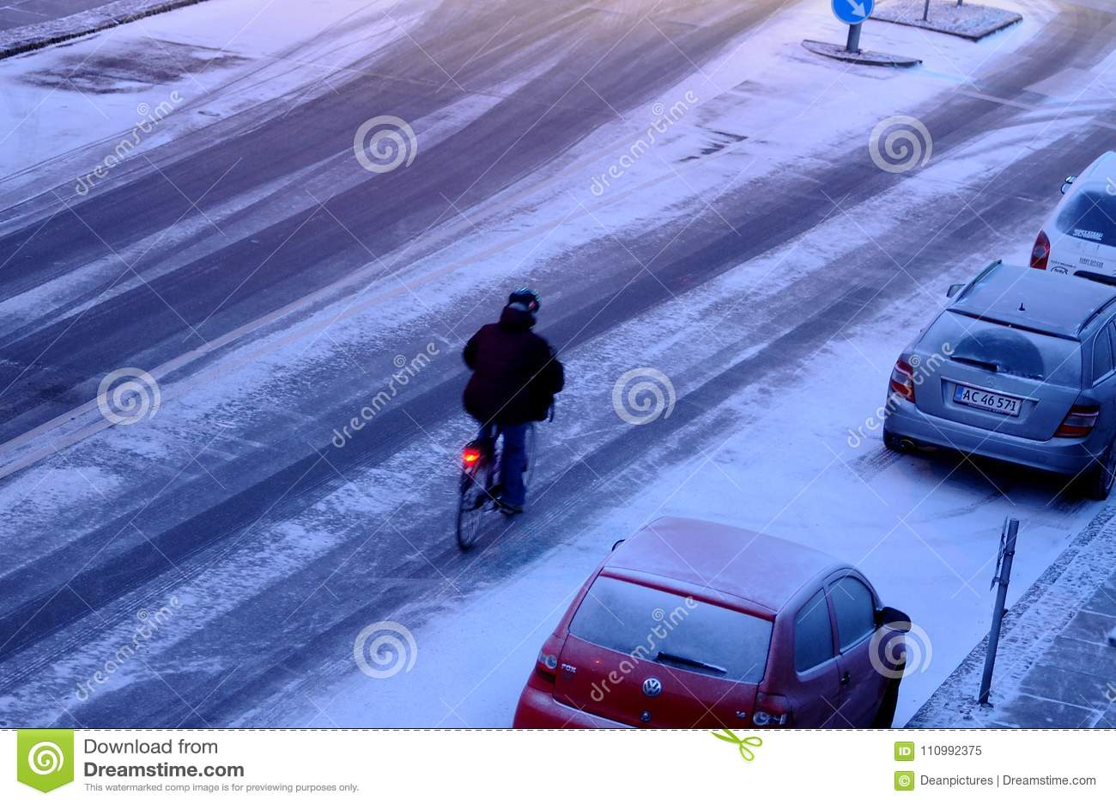 Снег падает в Данию