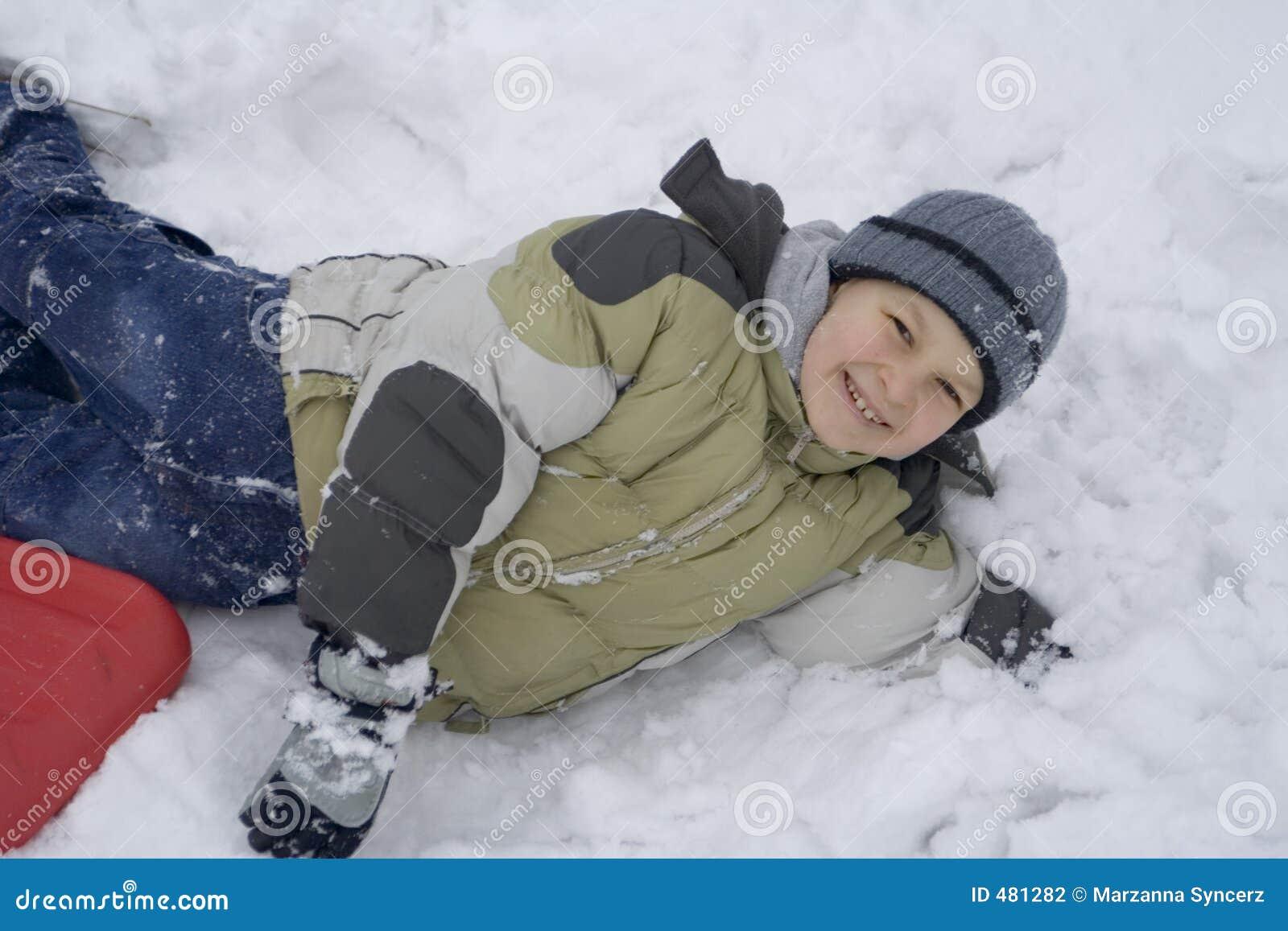 снежок мальчика счастливый