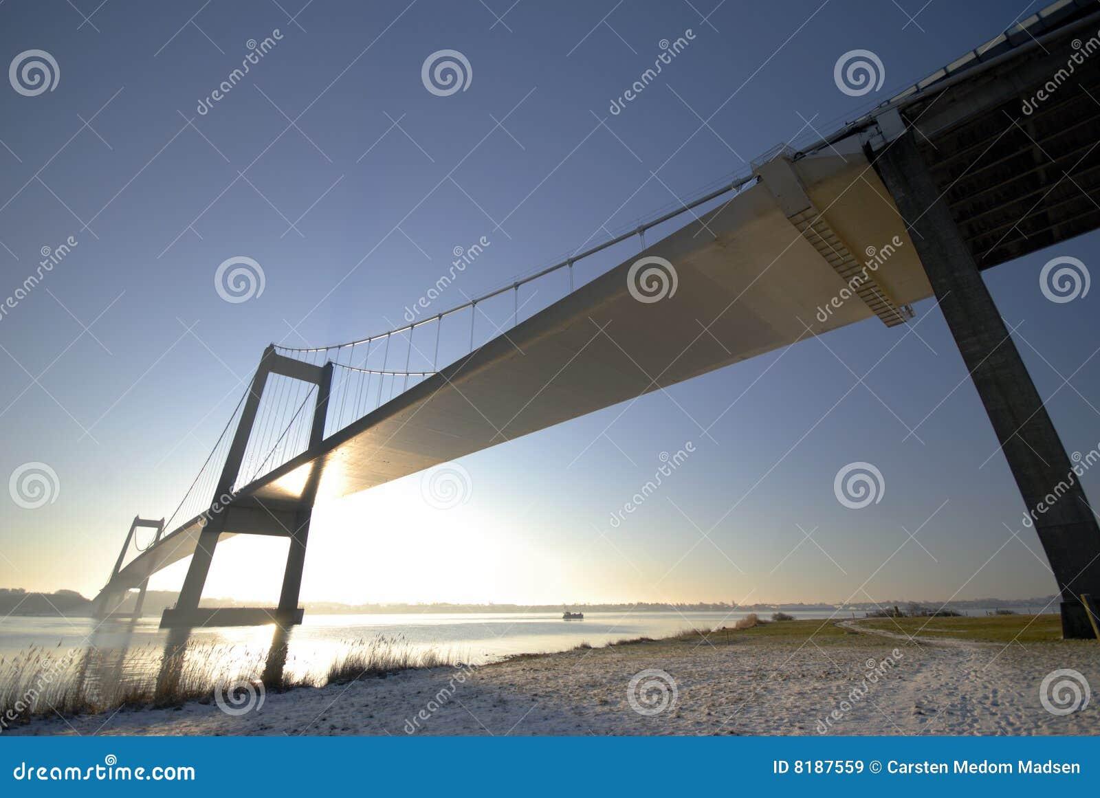 снежок моста вниз