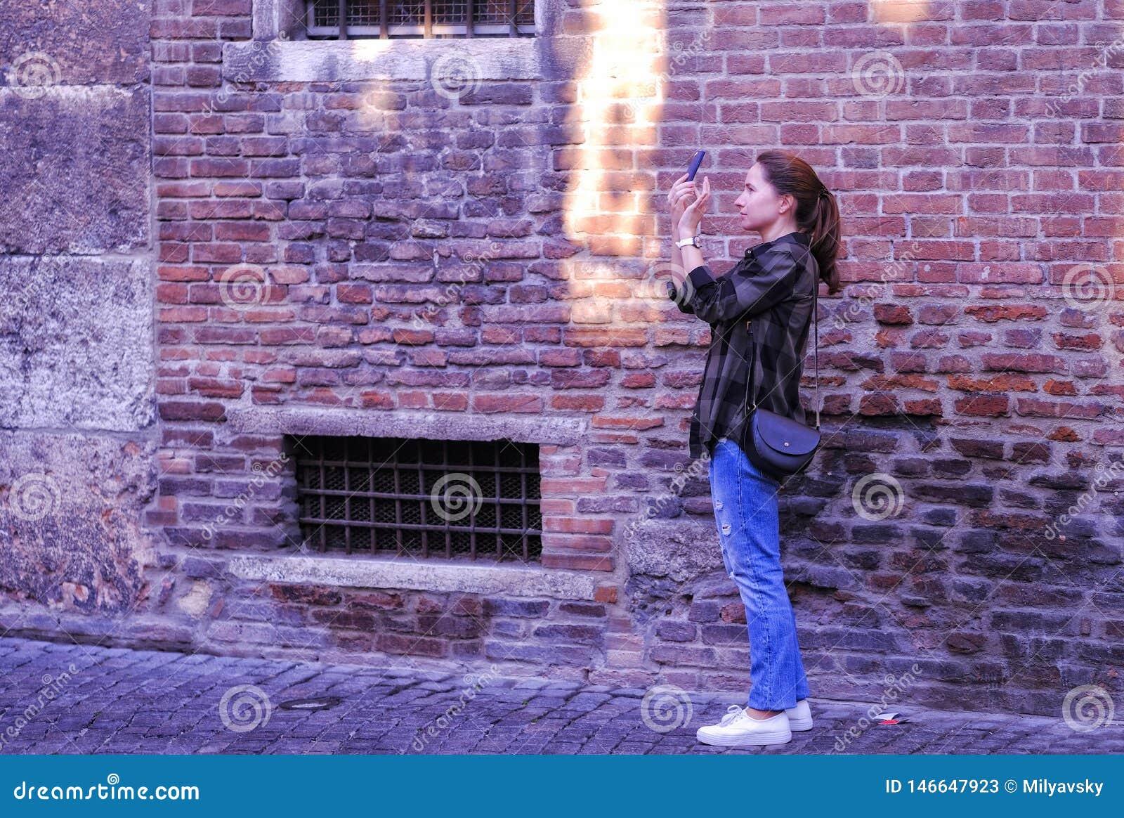 Снимать что-то на смартфоне, кирпичная стена