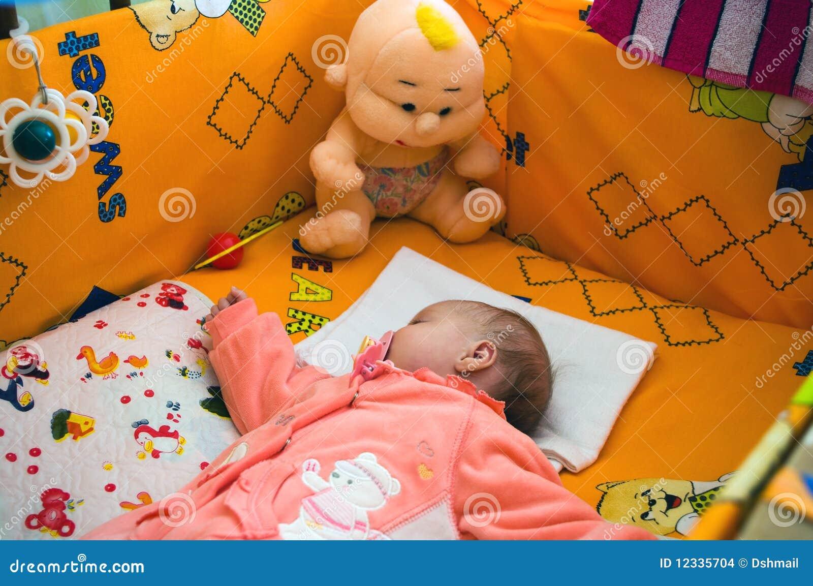 Маленькие дети в кроватках фото